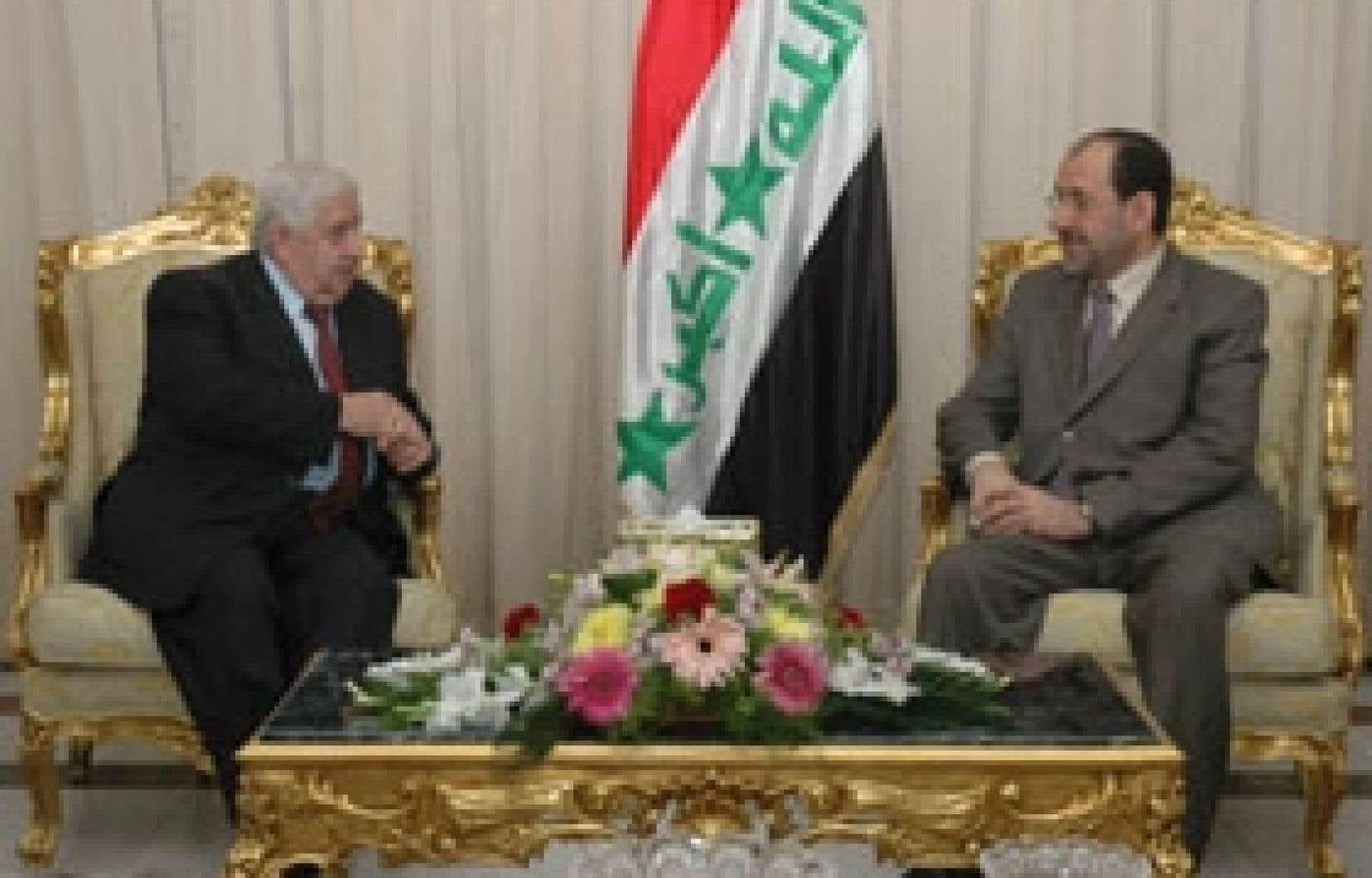 Le premier ministre irakien Nouri Al-Maliki (à droite) en compagnie du ministre syrien des Affaires étrangères Walid al-Moualem hier, à Bagdad.