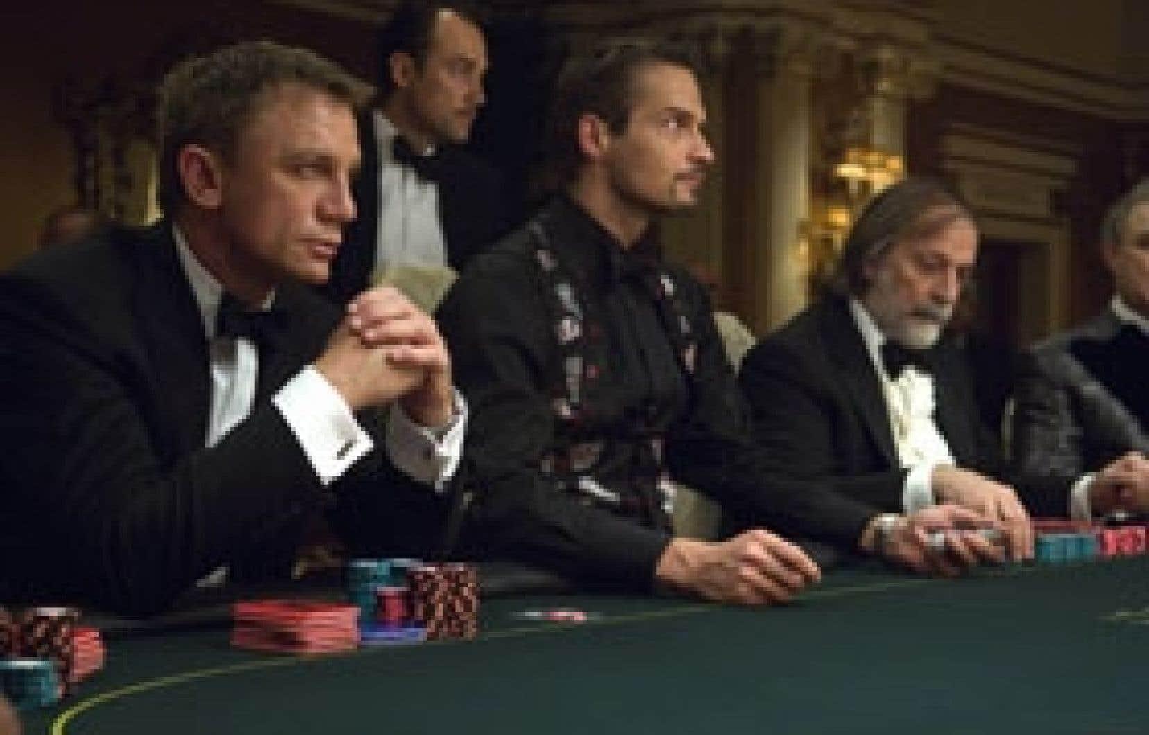 Après un règlement de comptes à Prague, une essoufflante poursuite dans un chantier à Madagascar et un possible attentat à l'aéroport de Miami, le film Casino Royale effectue une courageuse pause, décrivant dans le menu détail des parties de ca