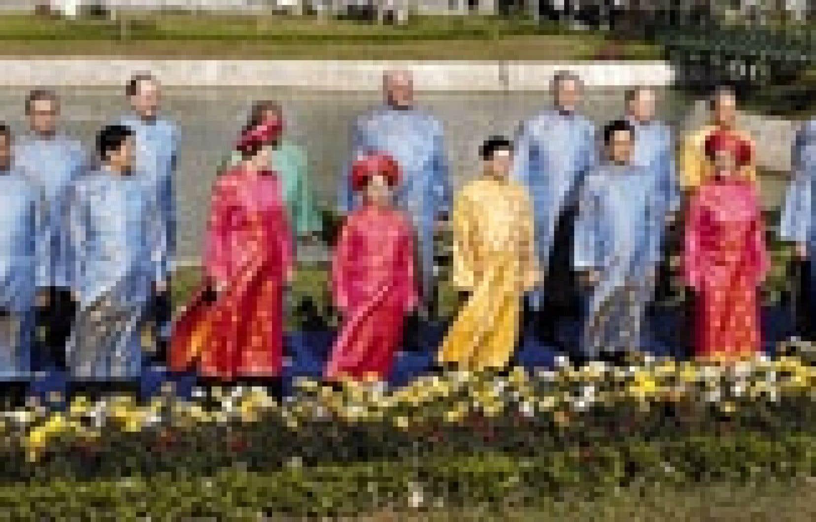 Comme le veut la tradition, les dirigeants ont posé dans l'habit traditionnel du pays hôte, ici le «ao dai» vietnamien.