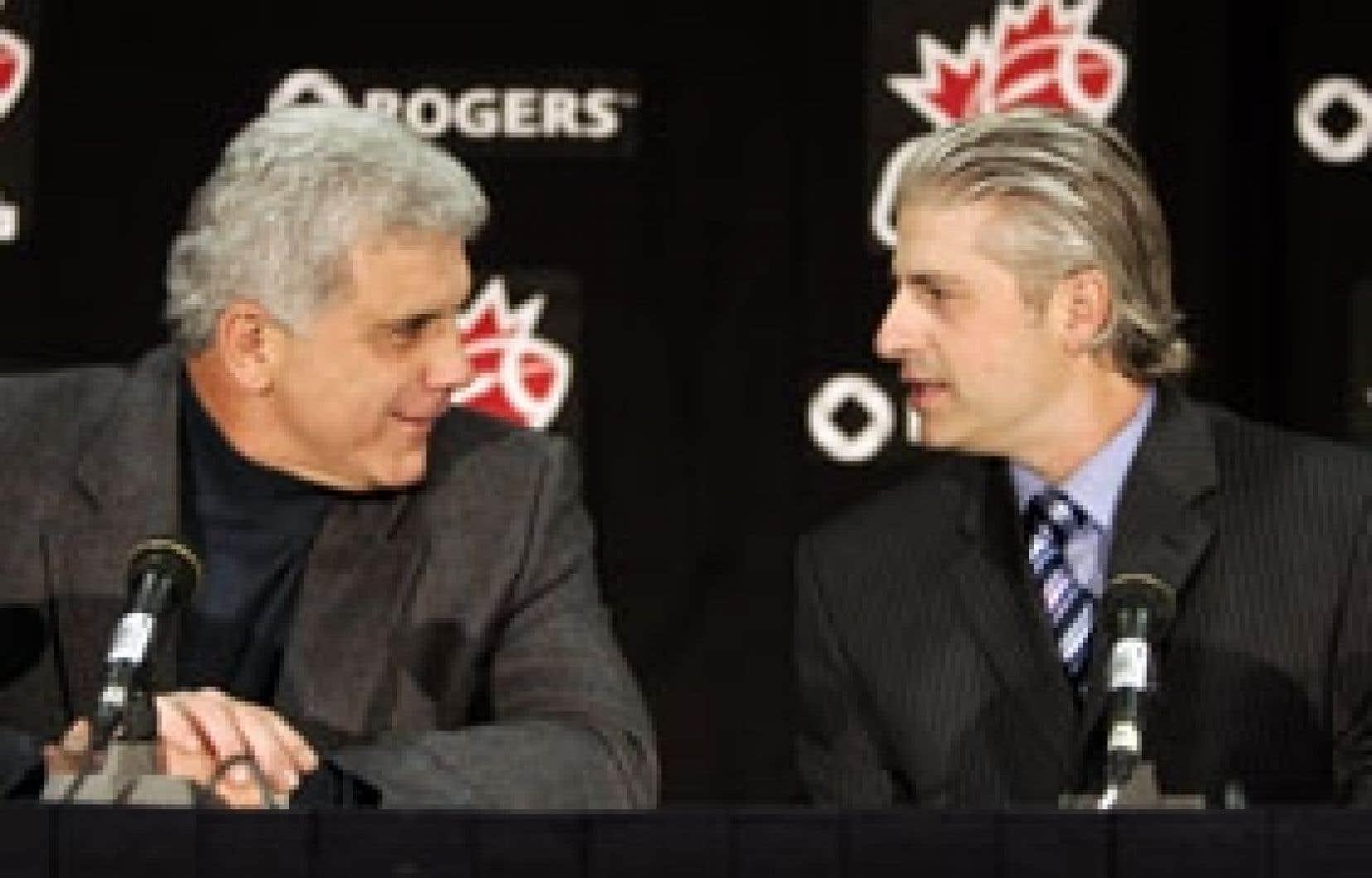Wally Buono, entraîneur-chef et directeur général des Lions de la Colombie-Britannique, et Jim Popp, entraîneur-chef des Alouettes, discutaient entre eux lors de la conférence de presse d'hier, à Winnipeg.