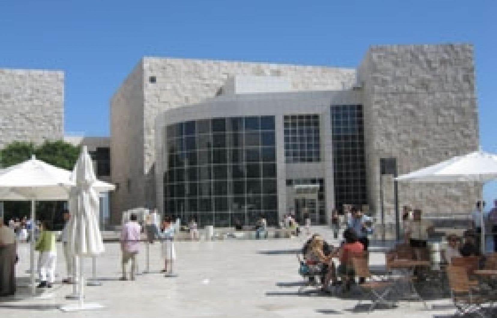 Le Getty Center expose 10 hectares d'oeuvres d'art occidental de toutes les époques et de jardins composés comme des tableaux, le tout enrobé d'un style architectural signé Richard Meier, où Frank Lloyd Wright dit bonjour au mouvement Bauhaus.