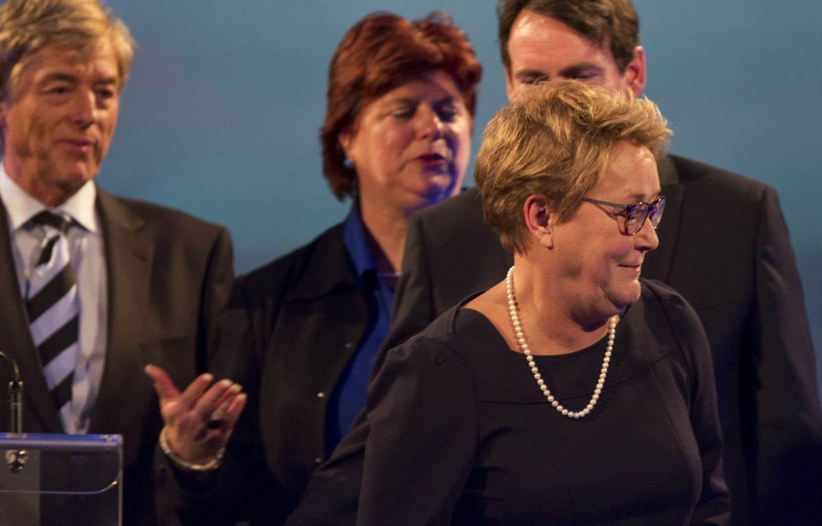 Pauline Marois a annoncé lundi soir qu'elle quittait la direction du PQ lors d'une allocution en présence de son conjoint Claude Blanchet, (à gauche).