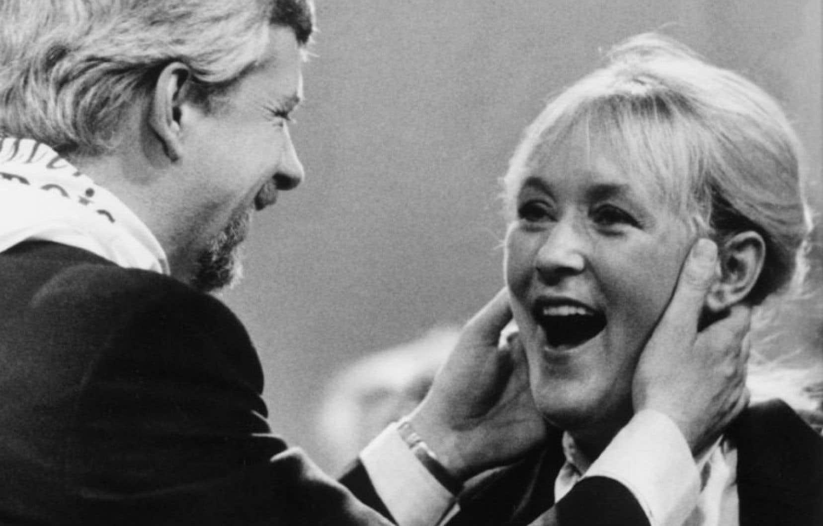 Pierre Marc Johnson embrasse Pauline Marois après sa victoire à la course au leadership du PQ en 1985.