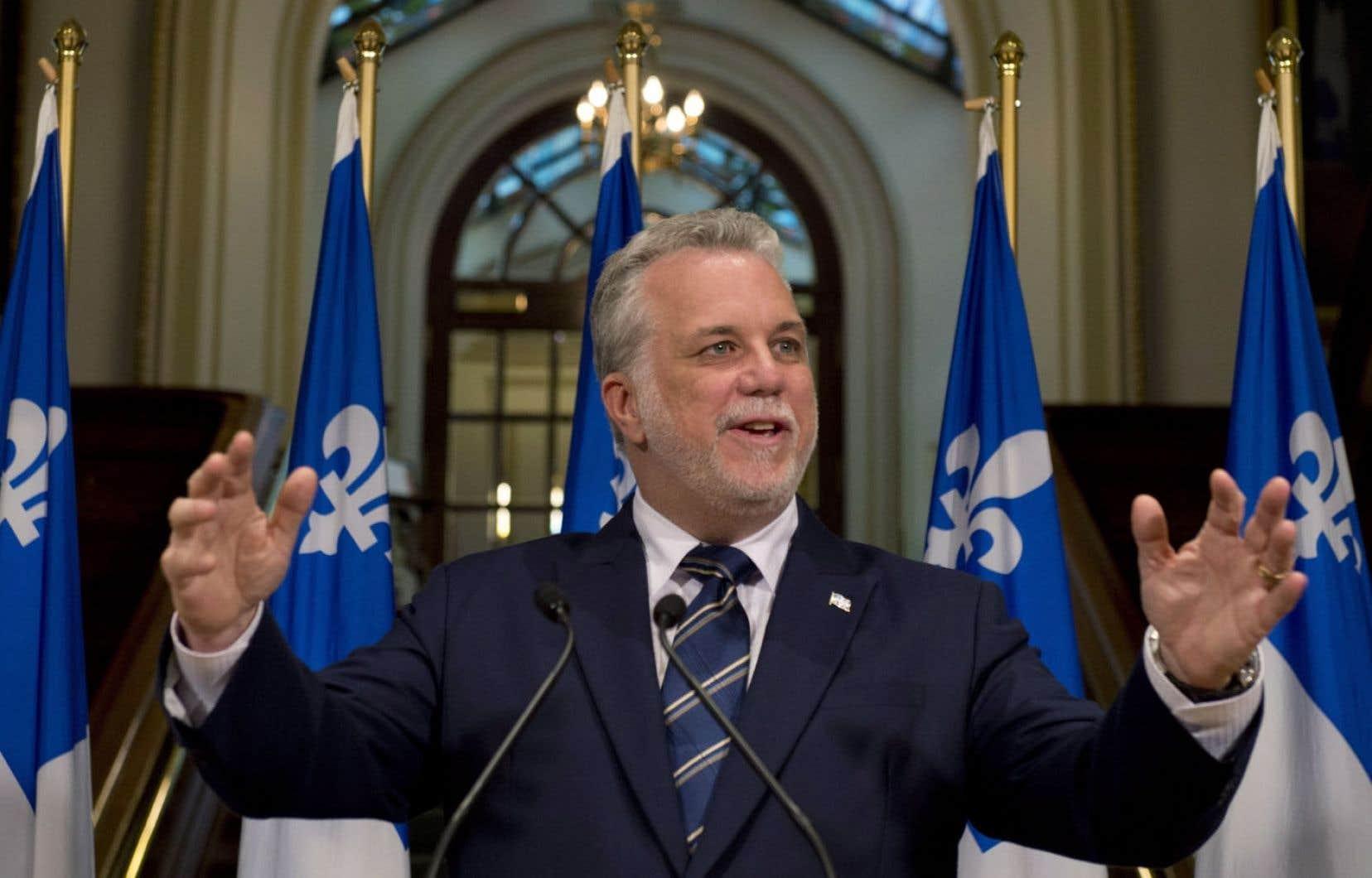 Philippe Couillard en conférence de presse à Québec mardi. Le premier ministre élu souhaite une adoption rapide du projet de loi péquiste sur la fin de vie et du projet libéral de charte de la laïcité.