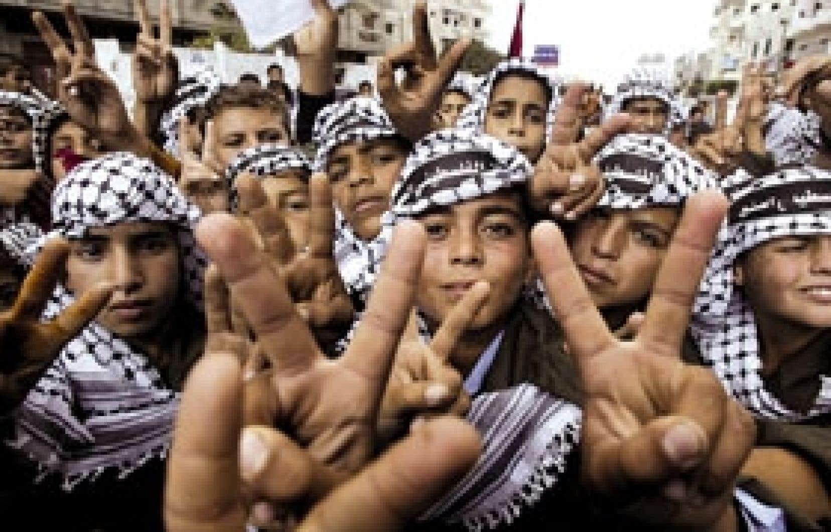 Pendant que les négociations se poursuivaient hier entre le Hamas et le Fatah, plusieurs Palestiniens ont envahi les rues de Gaza à l'occasion des célébrations du deuxième anniversaire de la mort du président Yasser Arafat.