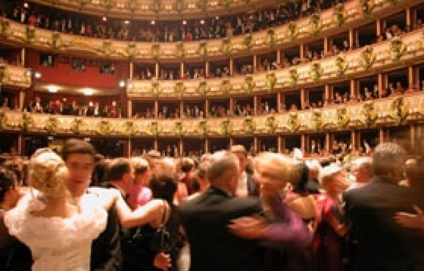Mobilisant 7200 personnes (environ 5200 participants et 2000 musiciens, artistes, traiteurs, etc.), le bal de l'Opéra est le plus prestigieux, le plus opulent et le plus médiatisé de tous les bals viennois. Photo ci-dessous: selon Eva Draxler, du Bu