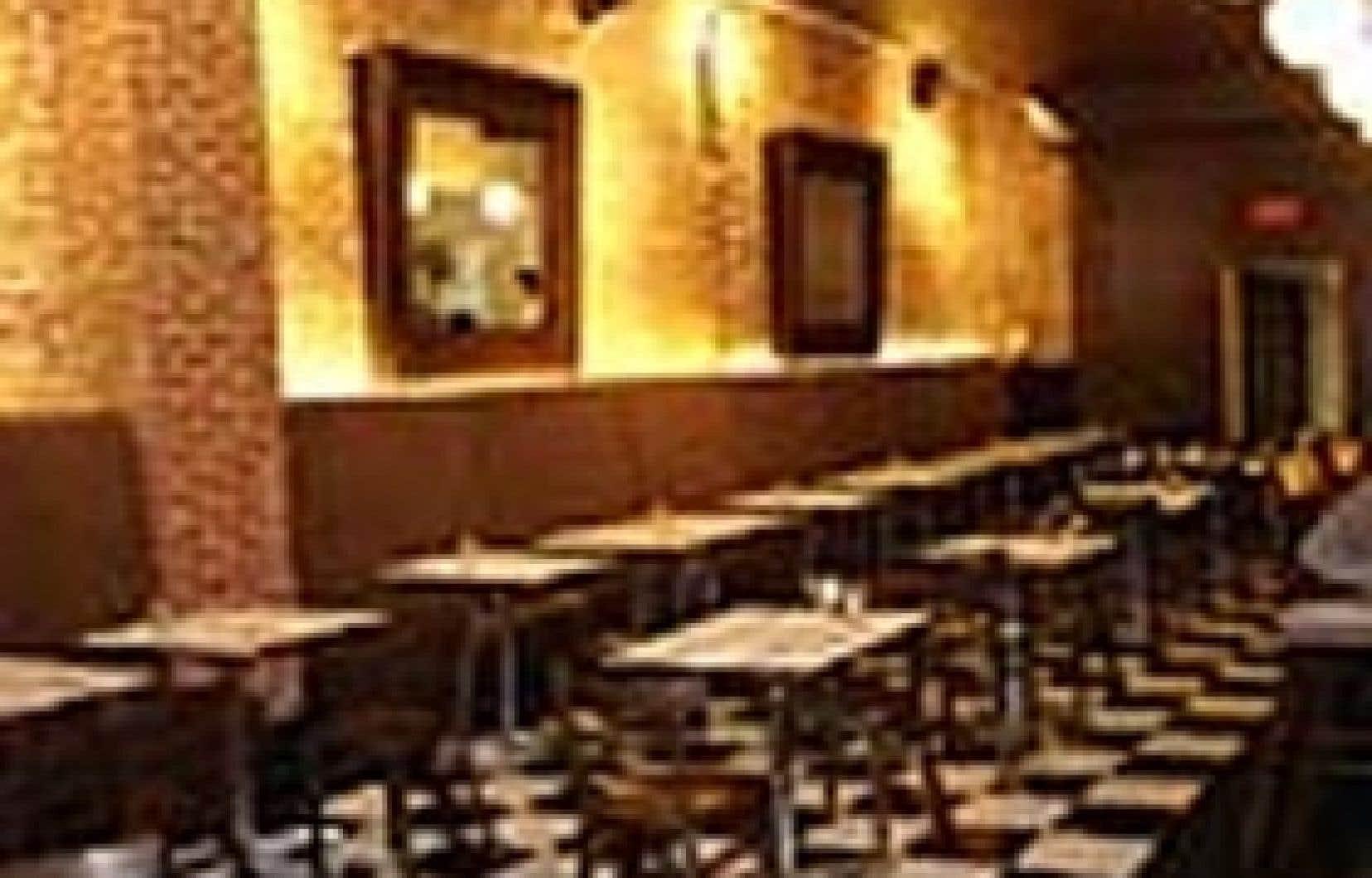 Moins bruyant que le midi, le local tout en longueur du restaurant Les Bossus paraît aussi plus chaleureux le soir.