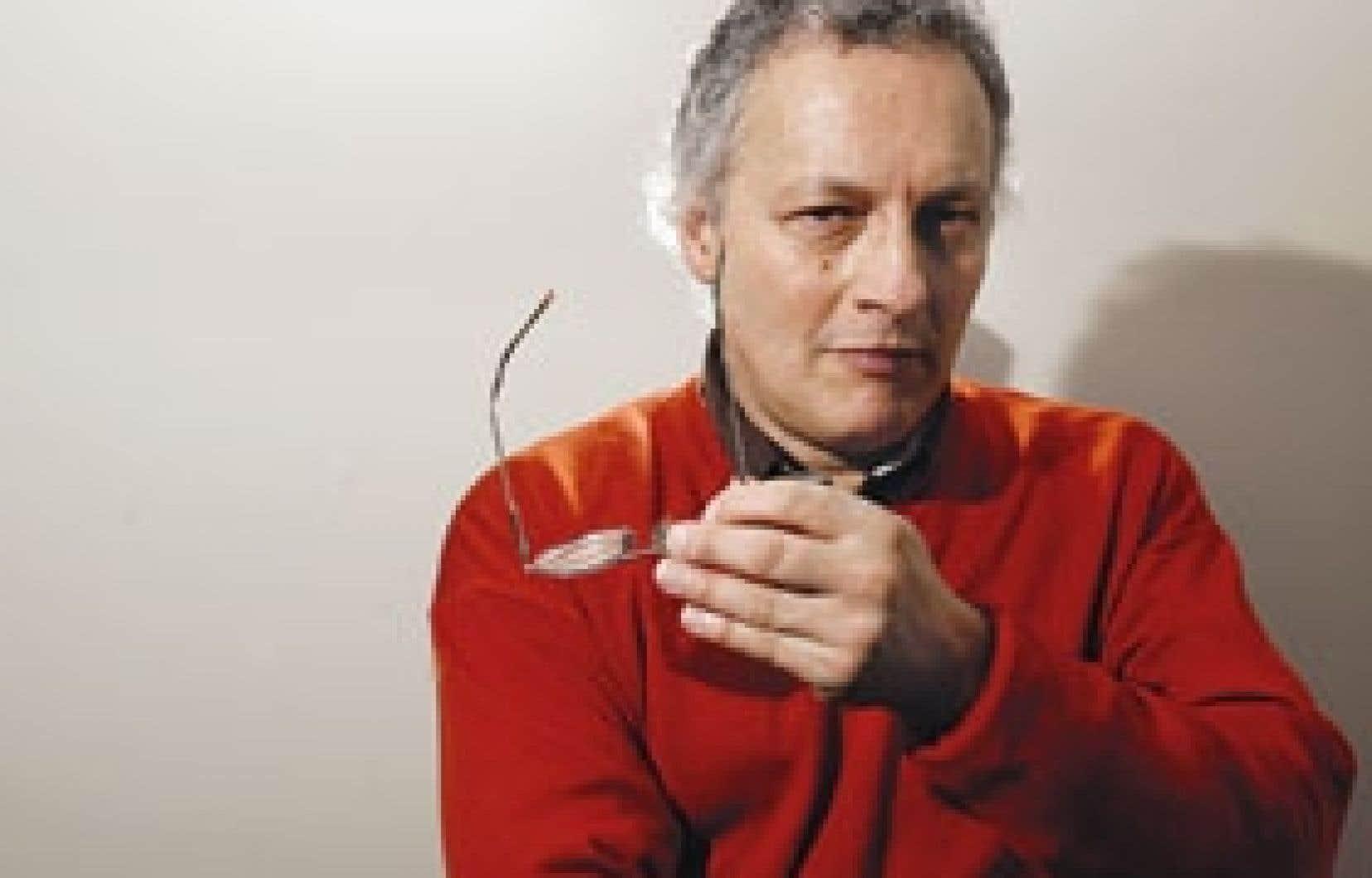 Critique d'art depuis de nombreuses années, notamment à titre de collaborateur au Devoir, René Viau signe, avec Hôtel-motel Les Goélands, son premier roman.