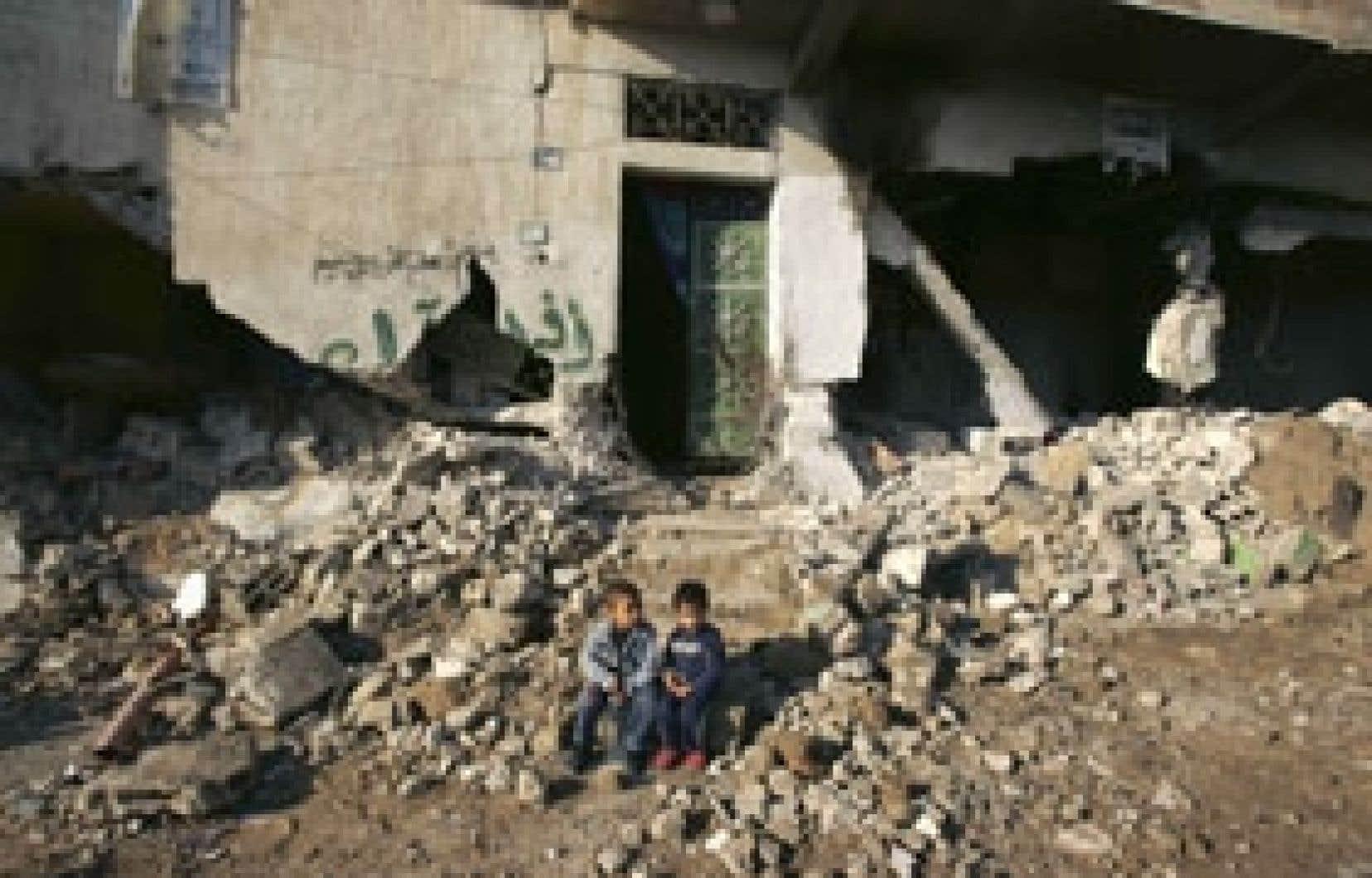 Deux jeunes Palestiniens hier devant leur maison familiale à Beït Hanoun.