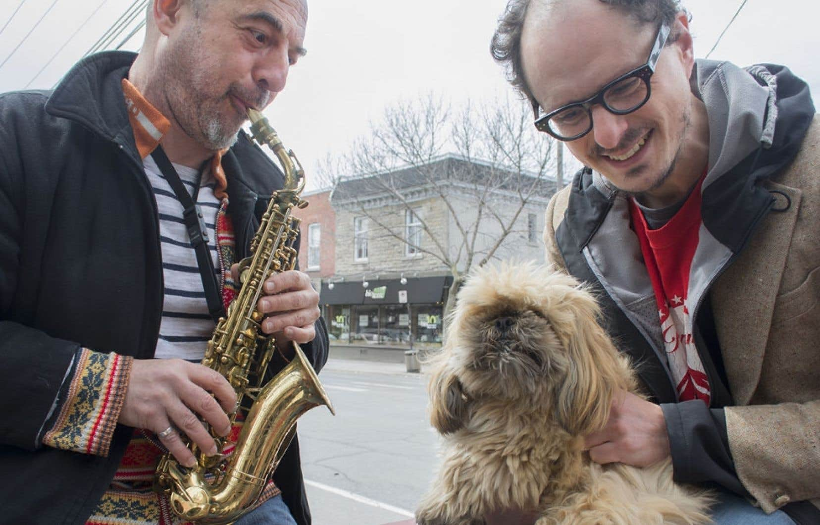 Damian Nisenson, saxophoniste et organisateur du festival Malasartes, divertit Socalled et son chien Poopsy.