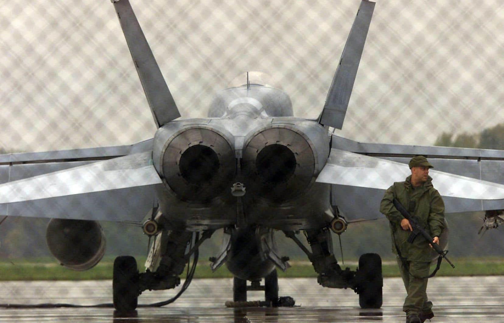 Six CF-18 comme celui-ci seront envoyés en Europe de l'Est afin de participer à un effort pour « rassurer » les membres de l'OTAN.