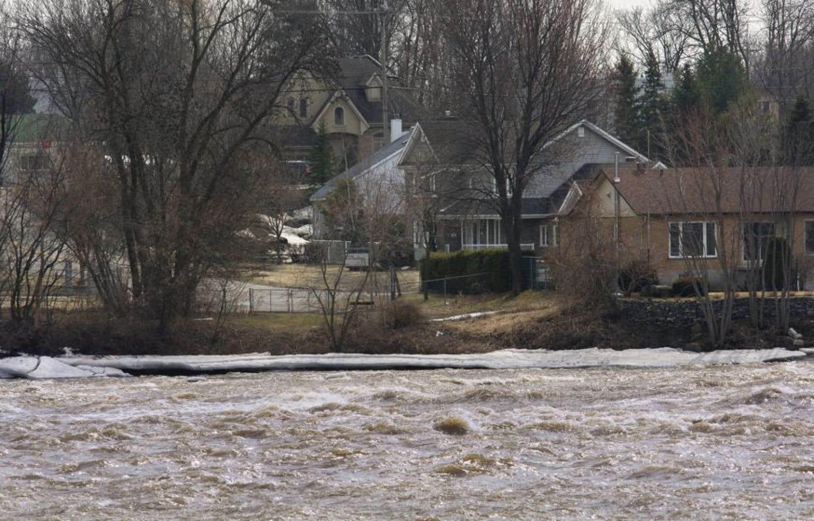 Même si la plupart des cours d'eau se sont retirés des zones inondées, la Sécurité civile du Québec poursuit sa surveillance de certaines rivières dont le débit et le niveau sont menaçants.