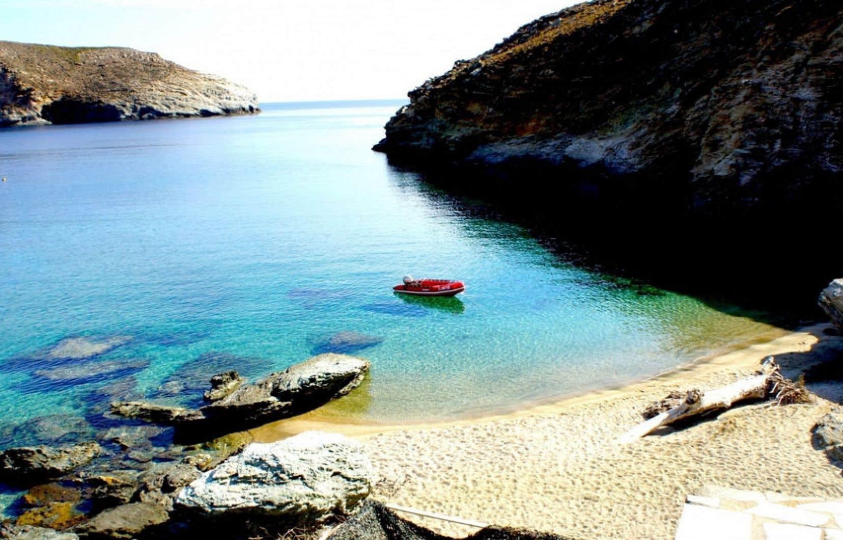 Piscine et mer sont sous les pieds au resort Onar, Andros, en Grèce.