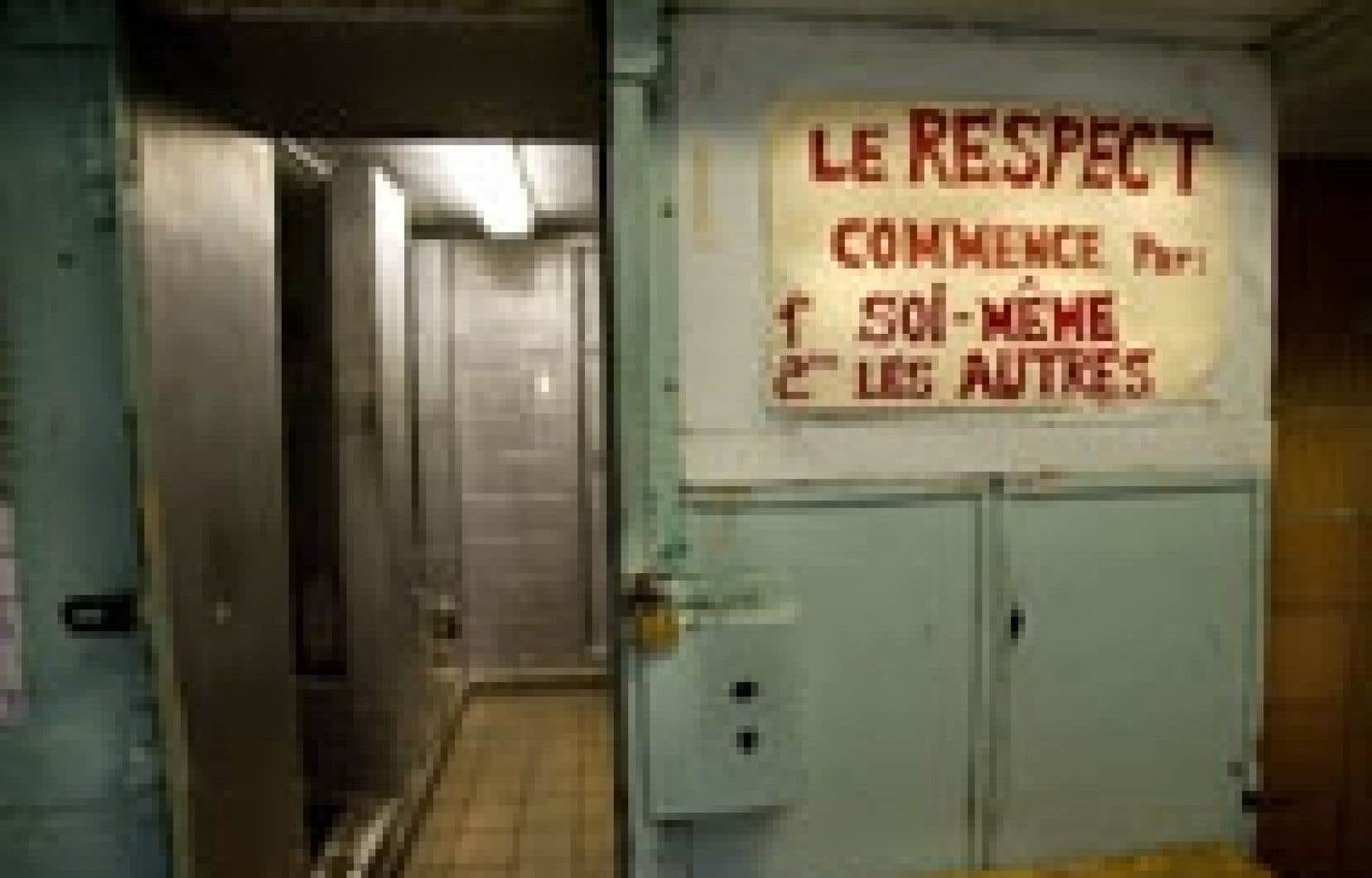 Vue sur l'accès aux douches à la prison de Bordeaux.