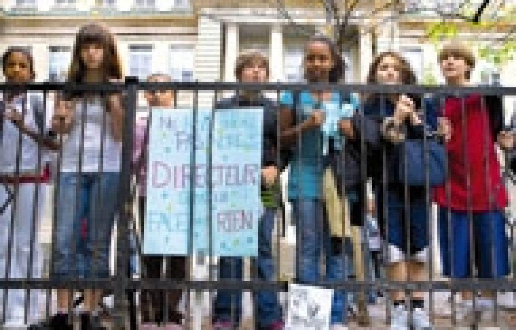 Des centaines d'élèves de l'école FACE ont manifesté hier leur mécontentement à propos de la suspension de leur directeur, Nick Primiano, qui demeure inexpliquée.