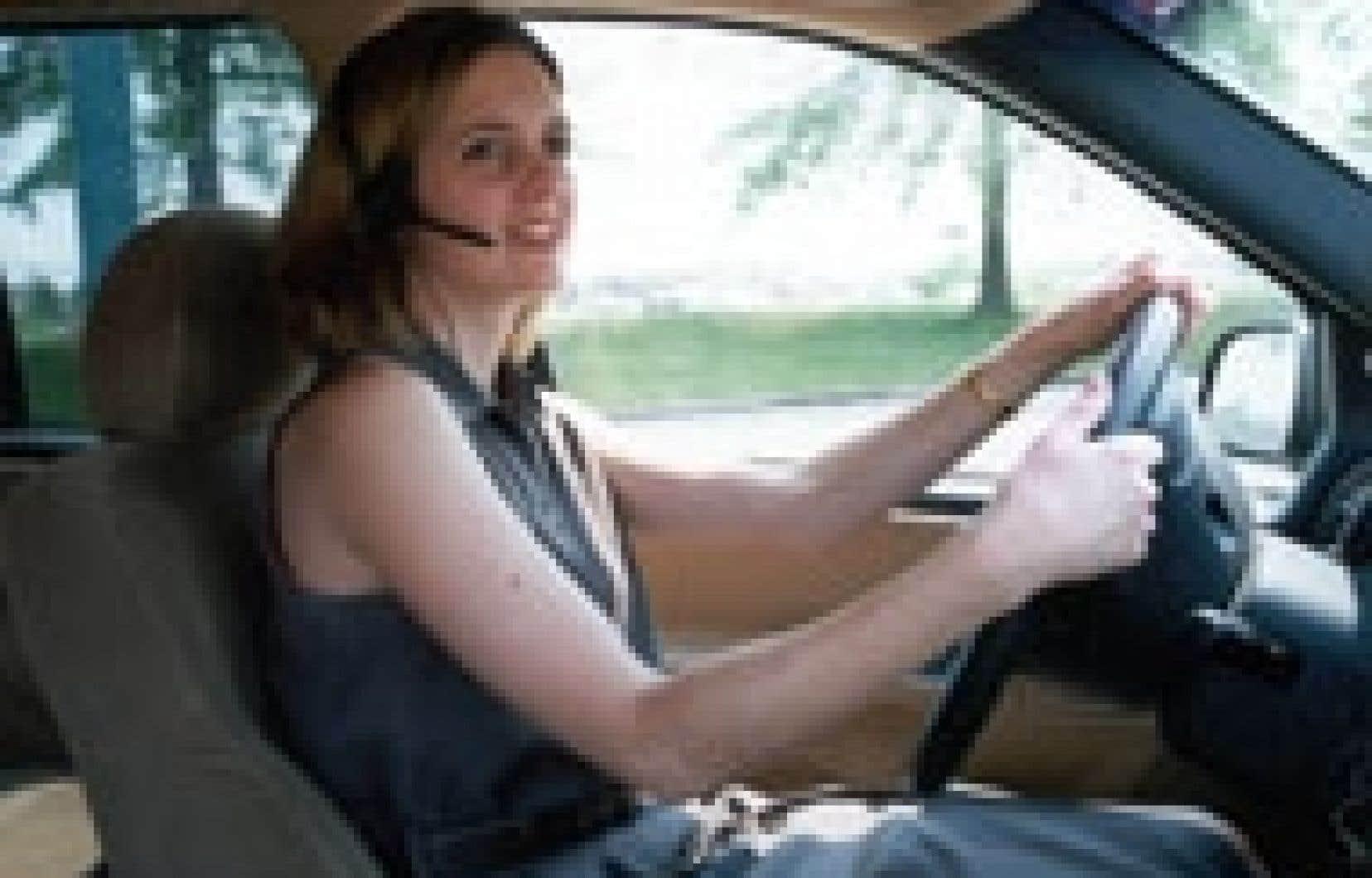 L'utilisation du téléphone cellulaire au volant est une grande source de distraction, même s'il s'agit d'un appareil à mains libres.