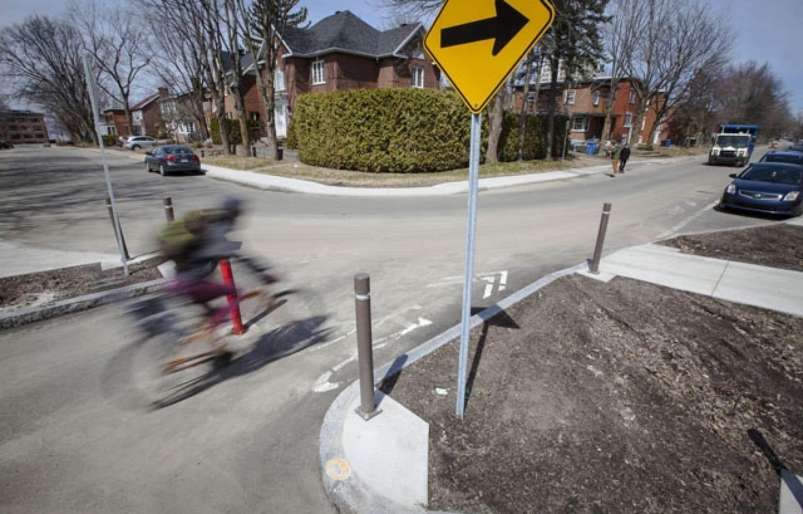 Un cycliste utilise le corridor cyclable au coin de la rue Raymond-Casgrain et de l'avenue Louis-Fréchette. Le premier parcours pour vélos a permis de tester différents outils, dont le marquage au sol.
