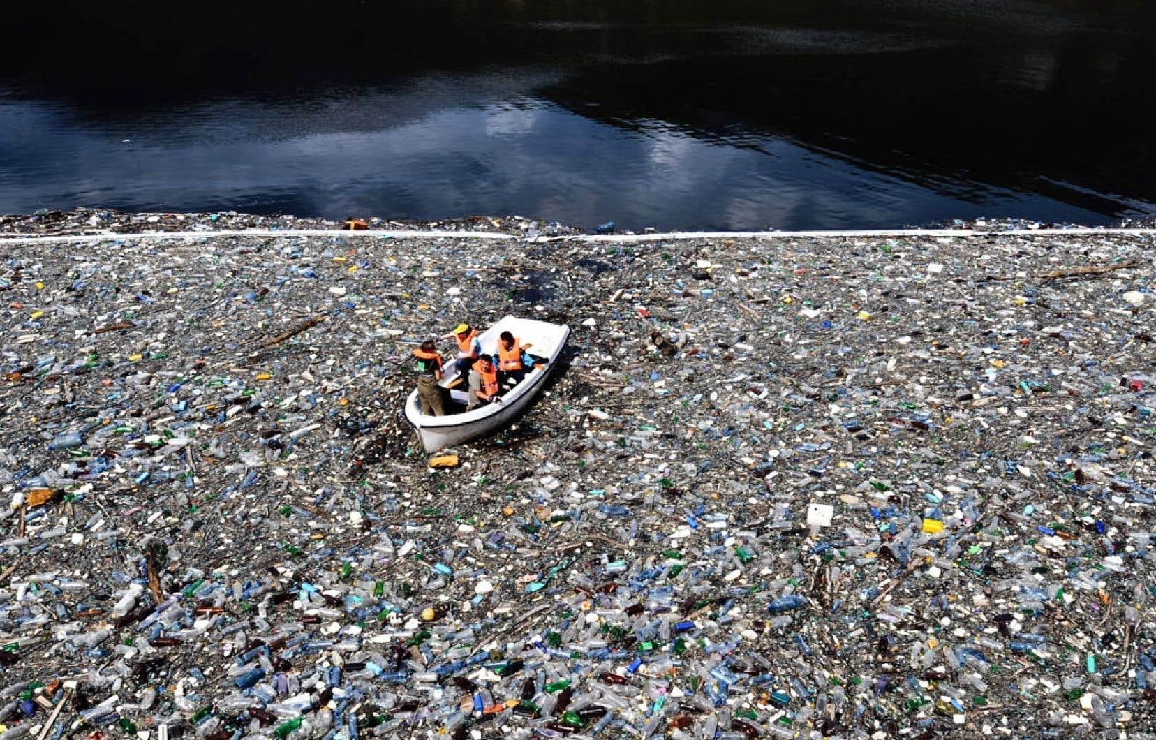 Bon an, mal an, près de 100 millions de tonnes de plastique seraient déversées dans les océans, tant à la surface que dans les grandes profondeurs et sur les plages du monde.