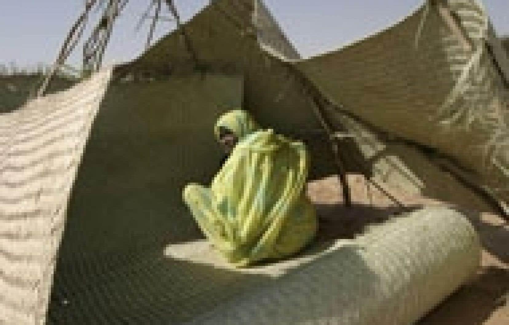 Une Soudanaise de Labado se protège du vent à son arrivée au camp Kalma.