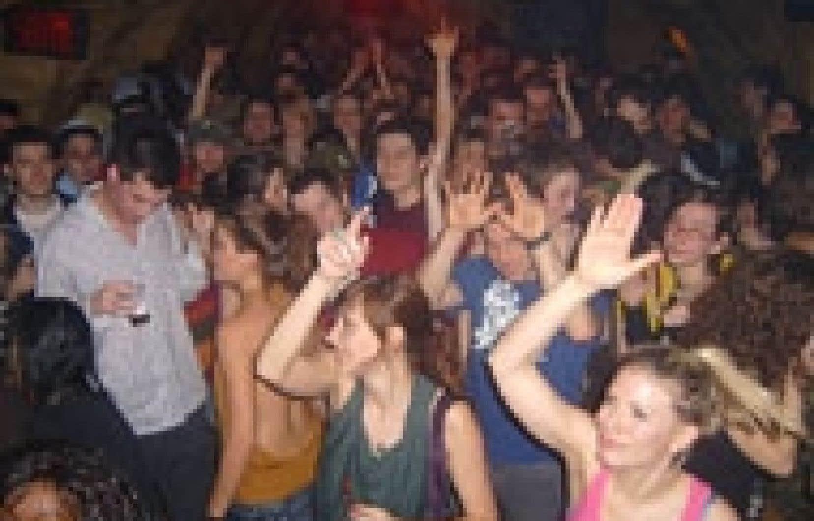La soirée Bounce le gros du Zoobizarre se déroule dans l'excentrique bar voûté de la Plaza Saint-Hubert et l'endroit peine souvent à accueillir tous les curieux.