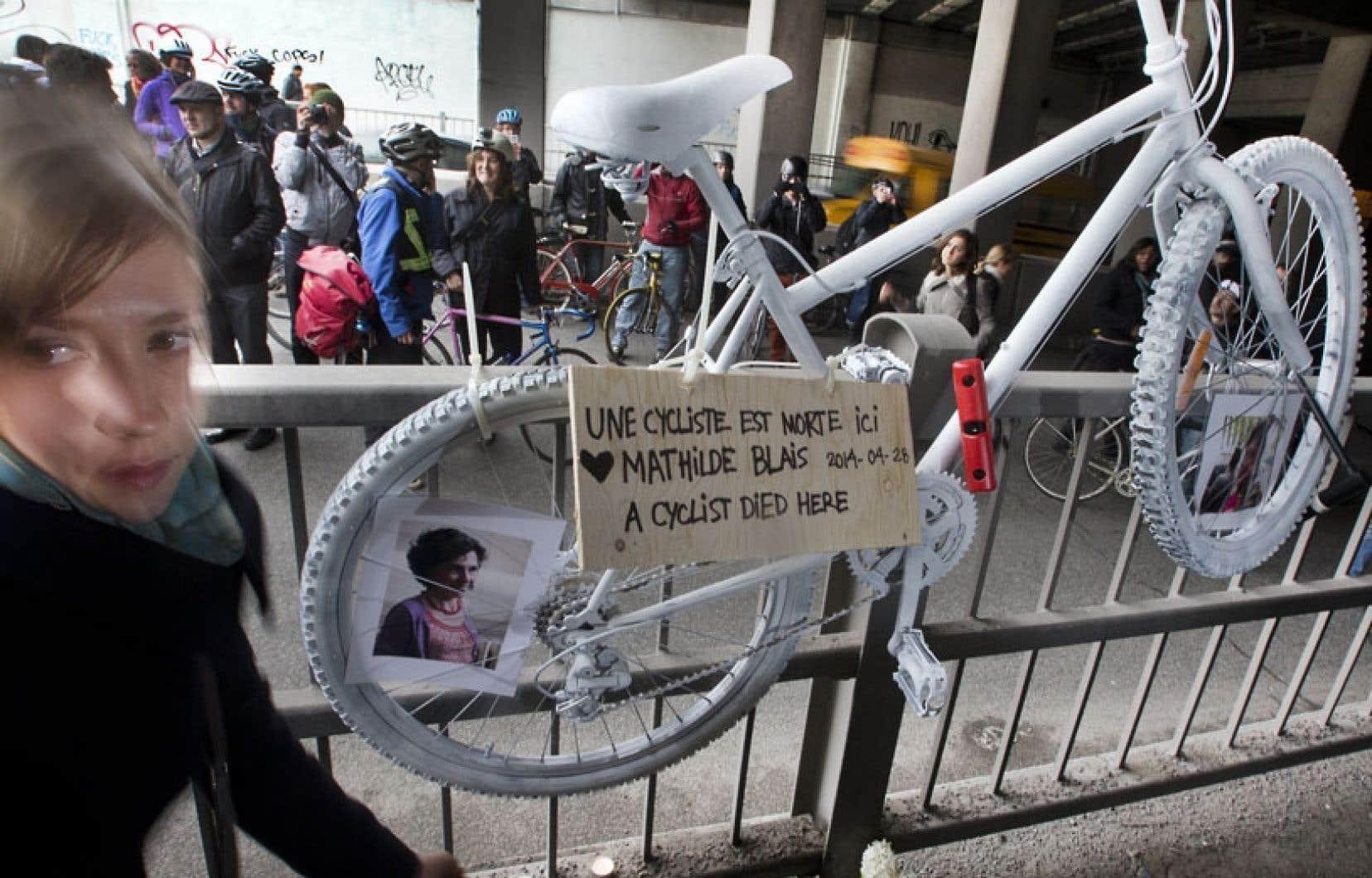 Un «vélo fantôme» se dressait lundi matin à l'entrée du tunnel de la rue Saint-Denis, à Montréal, où Mathilde Blais, une cycliste de 33 ans, a été fauchée par un camion il y a une semaine.