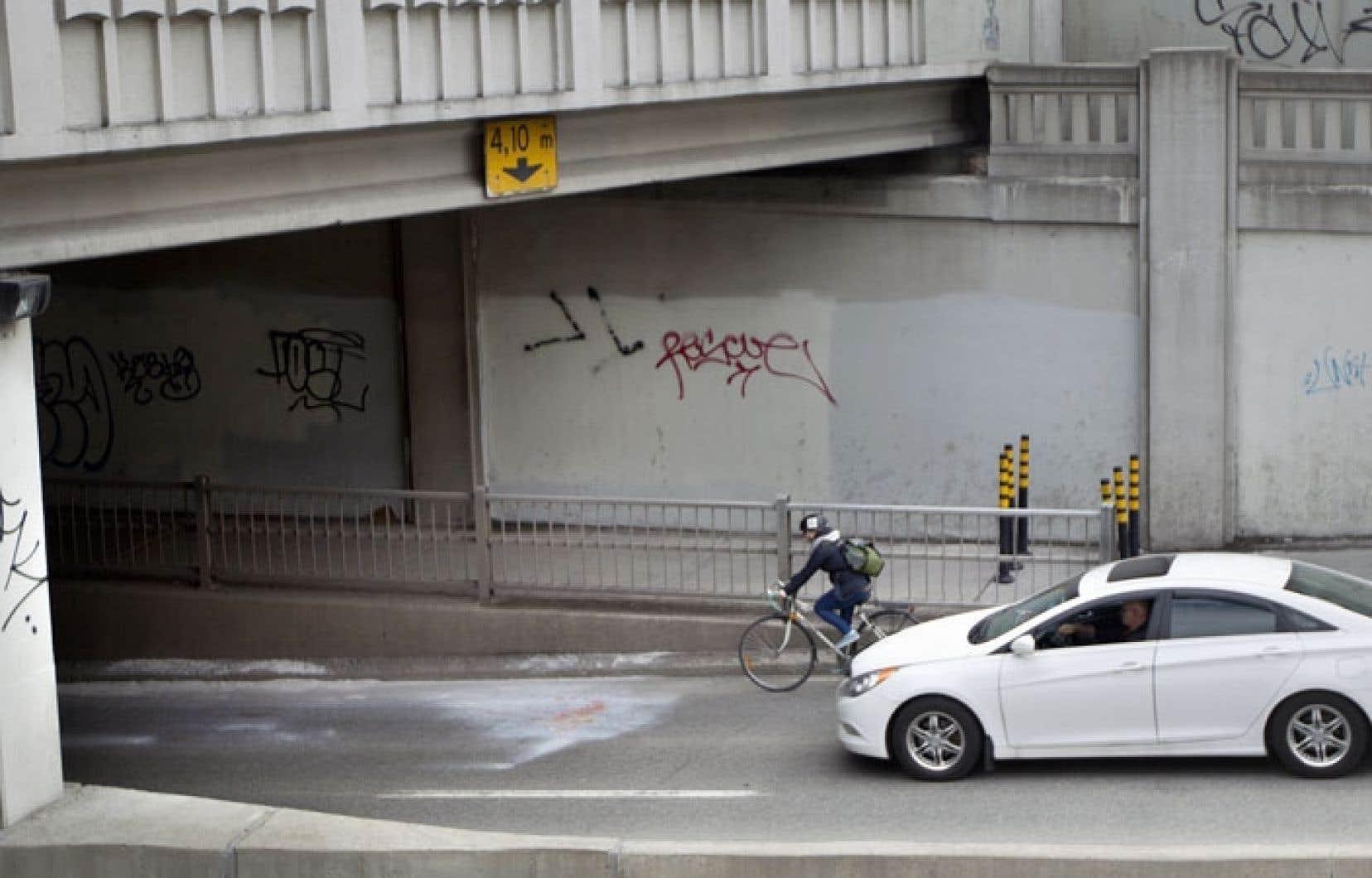 C'est à cet endroit, à l'entrée d'un tunnel de la rue Saint-Denis, à Montréal, que Mathilde Blais a été fauchée par un camion le 28 avril dernier.