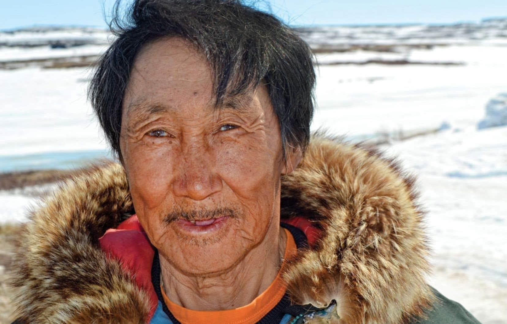 Markoosie Patsauq et sa famille ont été déportés de la côte de la baie d'Hudson à Resolute Bay dans le cercle polaire en 1953. Il est aussi le premier Inuit à avoir publié un livre en 1969, Le harpon du chasseur. Le Devoir l'a rencontré dimanche à Inukjuak où il habite maintenant.
