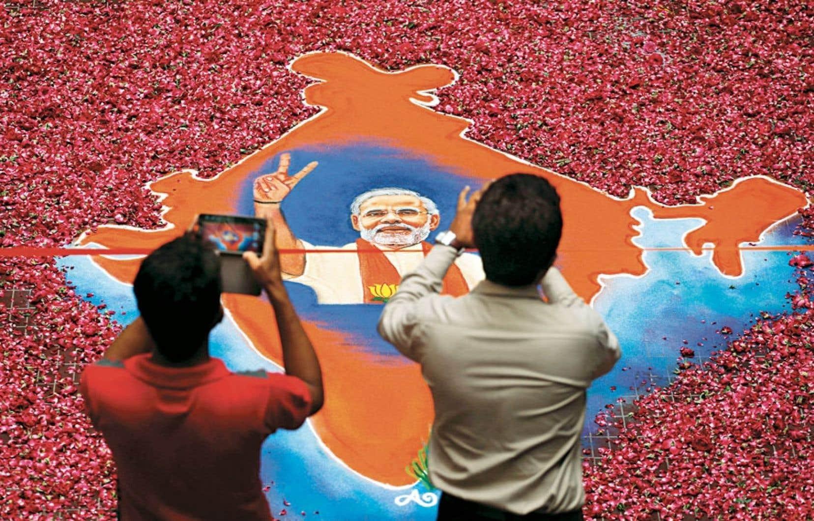 Vendredi soir, la coalition réunie autour du BJP, la National Democratic Alliance (NDA), était en voie de remporter 338 des 543 sièges de la législature, où le seuil de majorité est 272. Le parti nationaliste de Narendra Modi à lui seul la remporté la majorité au Parlement indien.