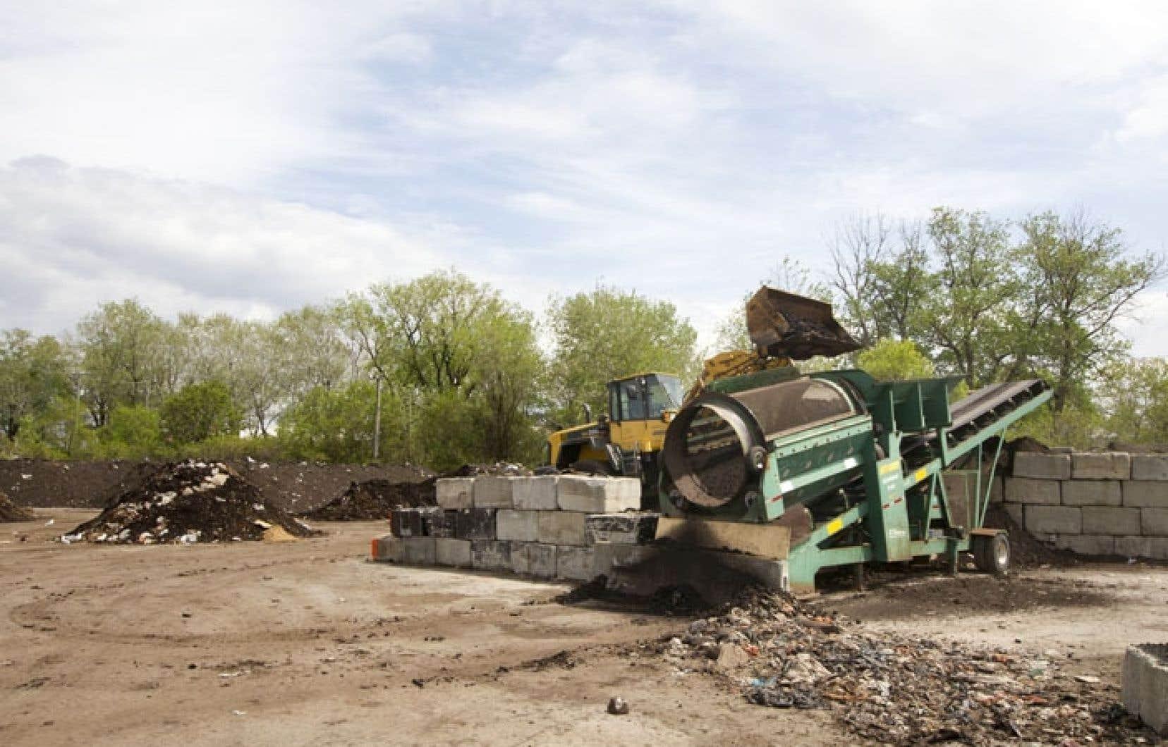 L'entreprise Compost Montréal a récemment appris qu'elle devra cesser d'accepter des matières organiques et qu'il lui faudrait quitter le site d'ici un an, car le Sud-Ouest veut utiliser le site pour ses équipements et les matériaux requis pour l'entretien de ses infrastructures.
