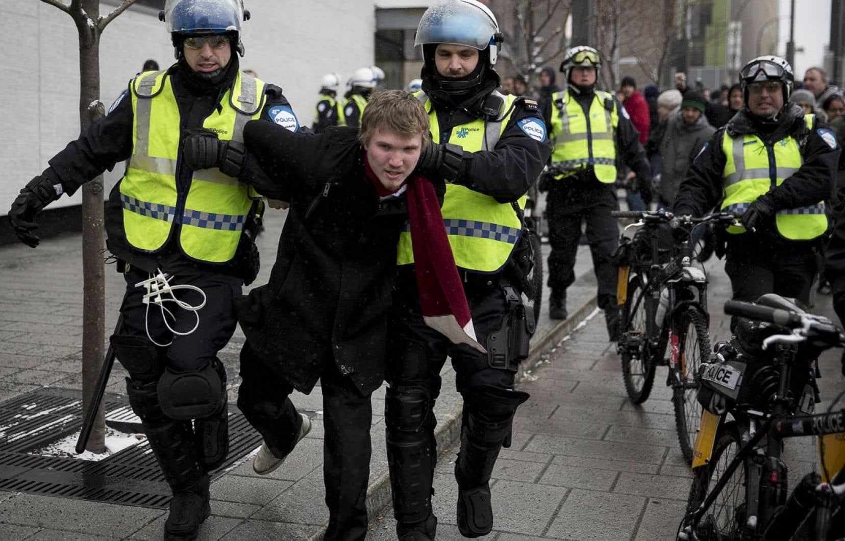 Le rapport annuel du SPVM ne comprend aucun mot sur les incidents survenus durant l'année 2013, ni sur les enjeux entourant le profilage social et politique, comme ceux de l'annuelle manifestation contre la brutalité policière (notre photo), lors de laquelle plusieurs personnes ont été arrêtées avant même que ne débute la manifestation.