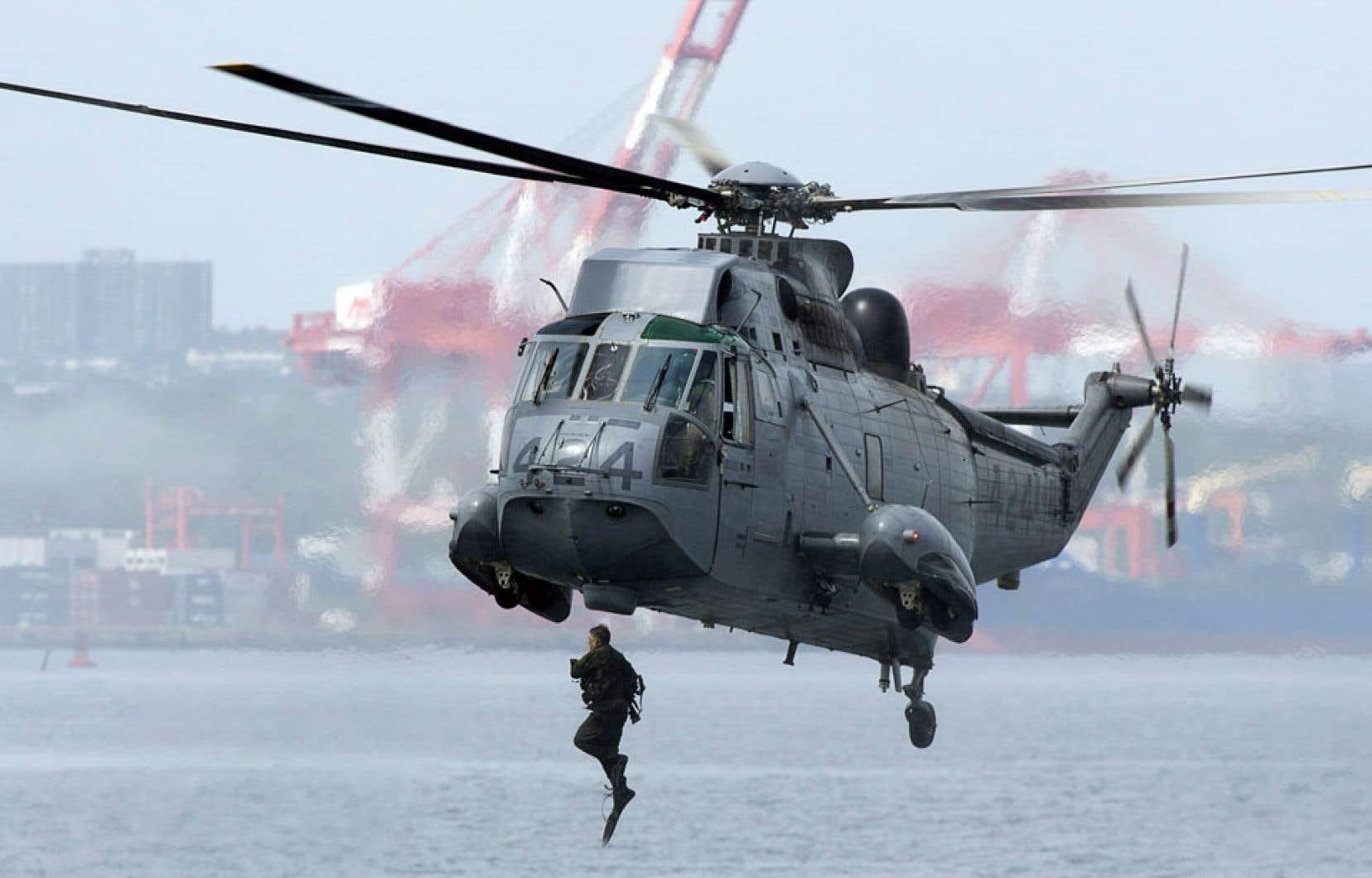 Des documents jadis accessibles en quelques clics sont désormais introuvables pour les chercheurs en défense. Des détails sur les revenus et dépenses du ministère ont notamment été retirés. Ci-dessus, un soldat canadien à l'entraînement saute d'un hélicoptère Sea King.
