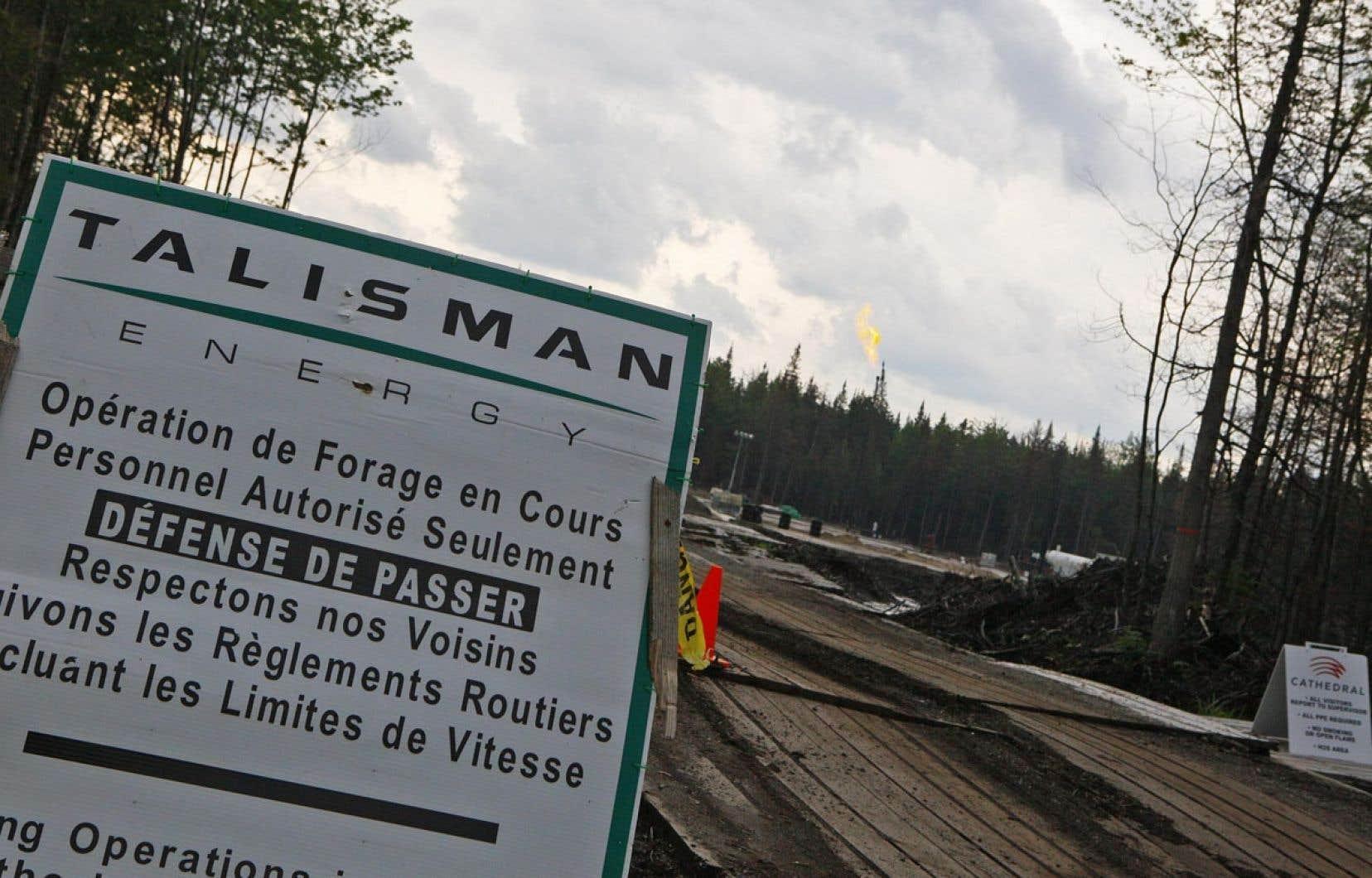 Sans s'engager à interdire l'activité pétrolière et gazière dans les basses terres, le ministre Pierre Arcand a avancé que le gouvernement ne délivrerait «probablement pas» pour le moment les certificats d'autorisation nécessaires. Ci-dessus, Talisman forait en 2010 à Saint-Édouard-de-Lotbinière.