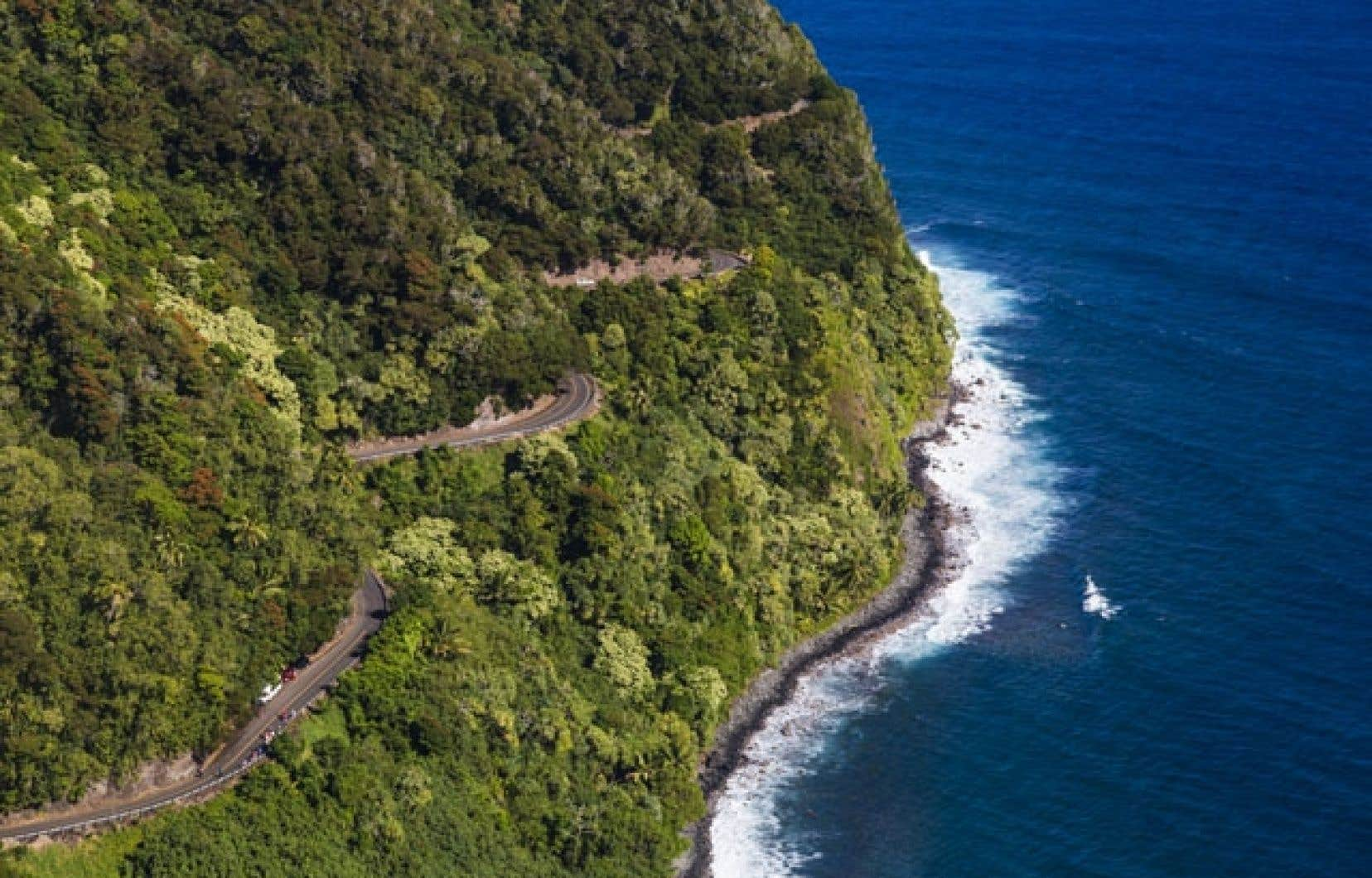 Le superbe Hana Highway se cramponne au bord du Pacifique sur l'île hawaïenne de Maui.