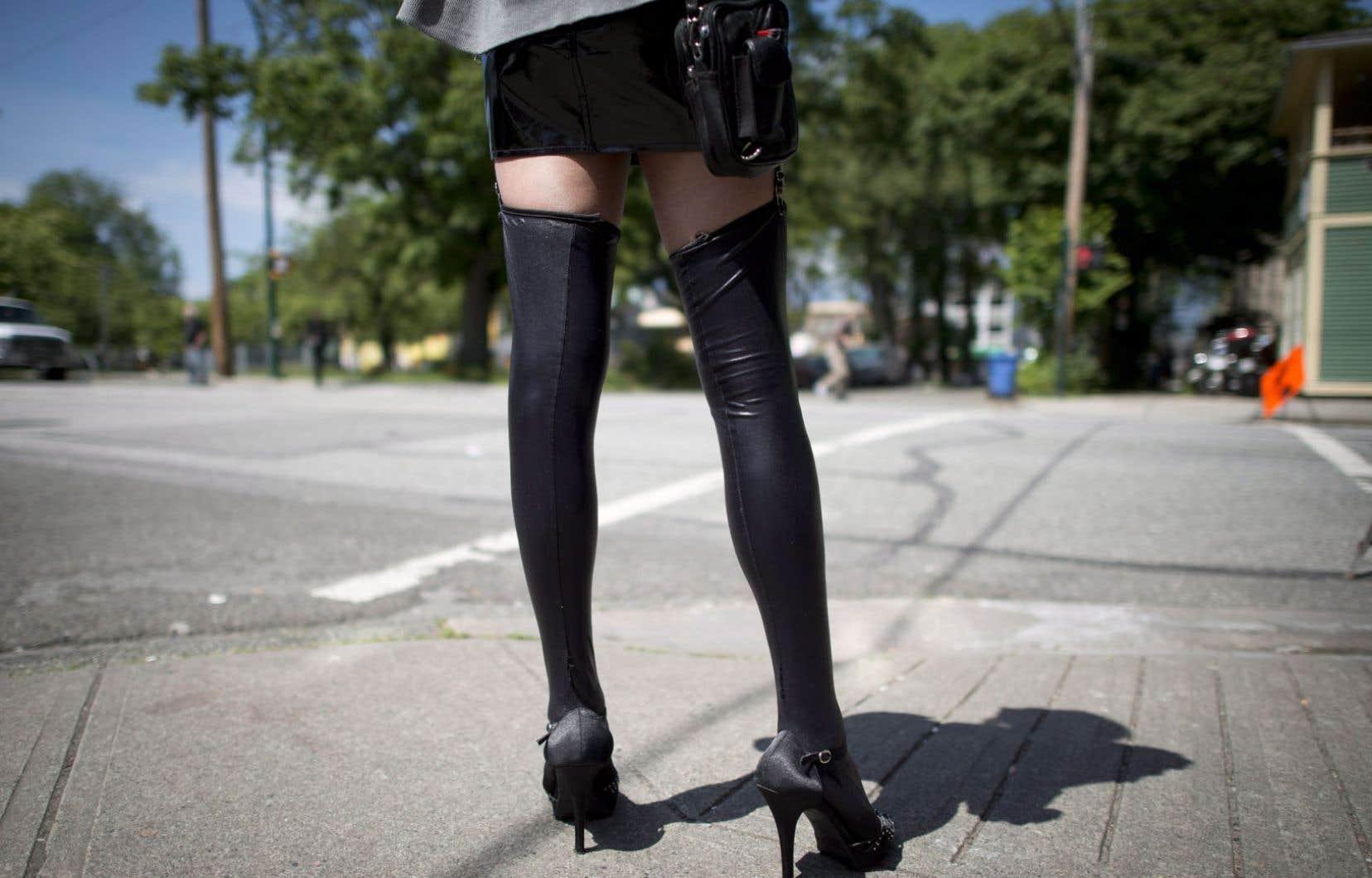 Le projet de loi sur la prostitution recueille appuis et critiques de la part des féministes et autres défendeurs de l'égalité homme-femmes.