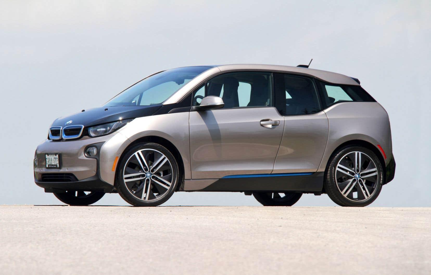 La petite BMW i3 est une citadine de conception ultramoderne que le constructeur allemand propose en deux versions: électrique et hybride.