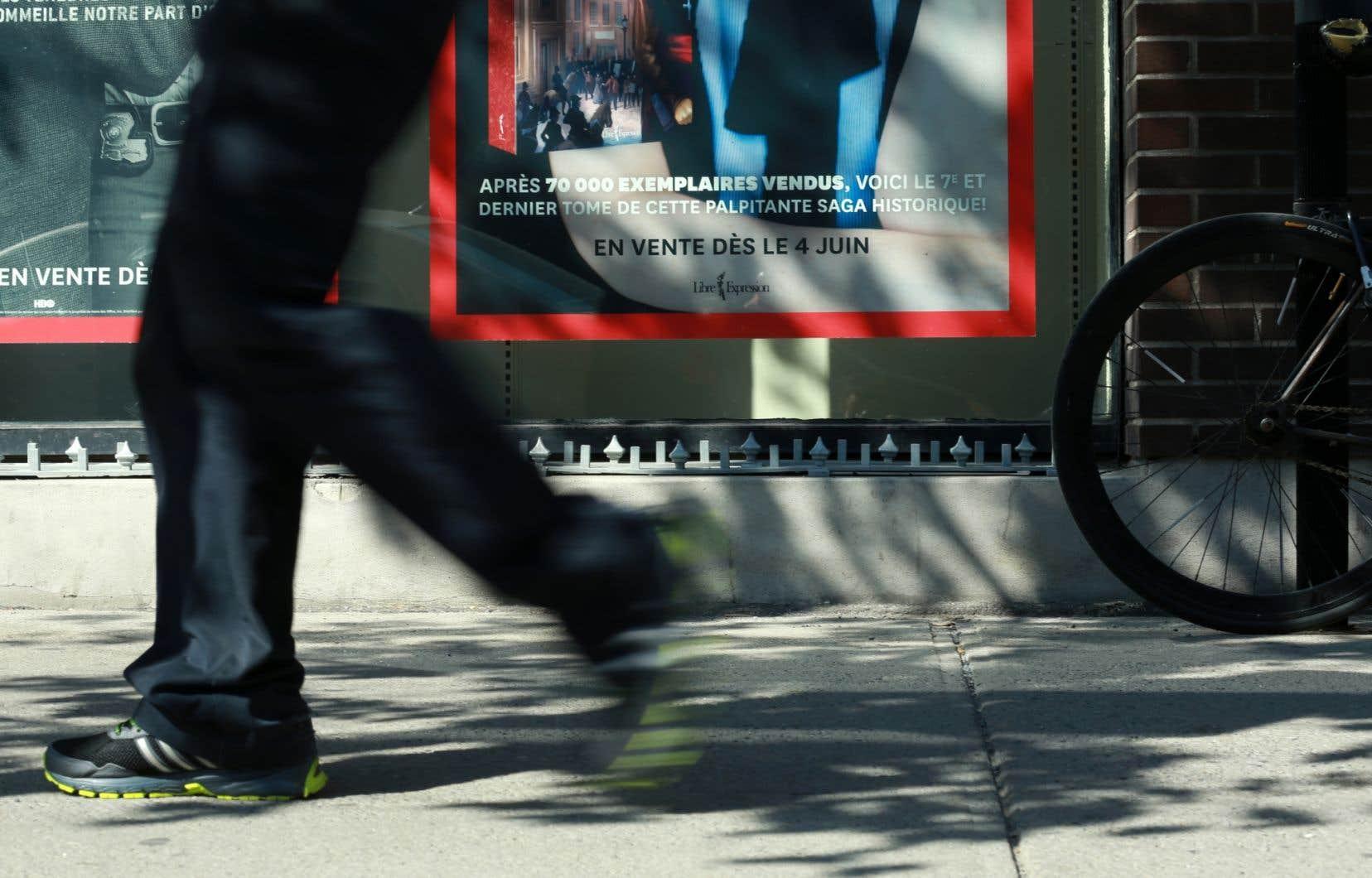 Les «pics» anti-itinérants situés en face de la vitrine du Archambault à Montréal ont été retirés.