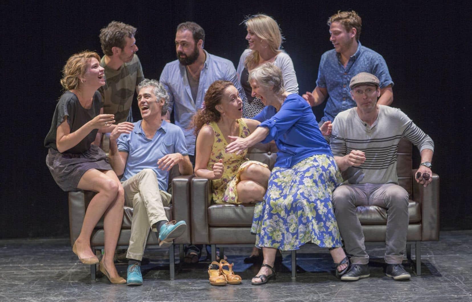 L'équipe de la pièce qui ouvrira la saison du Théâtre de Quat'Sous, Opening Night, entoure le directeur artistique Éric Jean (assis, à gauche).