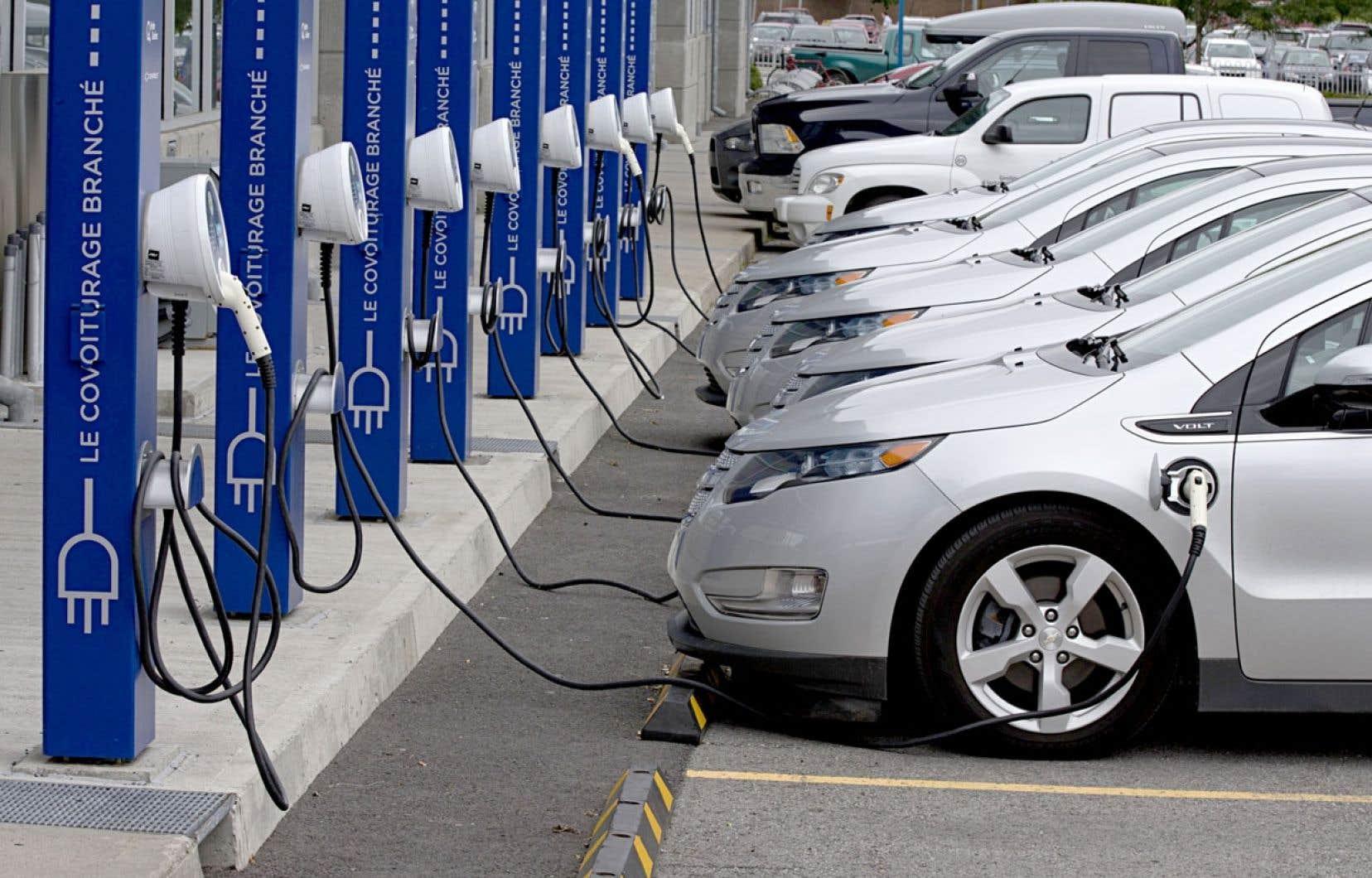 L'industrie et les gouvernements doivent faire comprendre aux automobilistes qu'acheter une voiture électrique est une décision sensée, dit un expert du secteur.