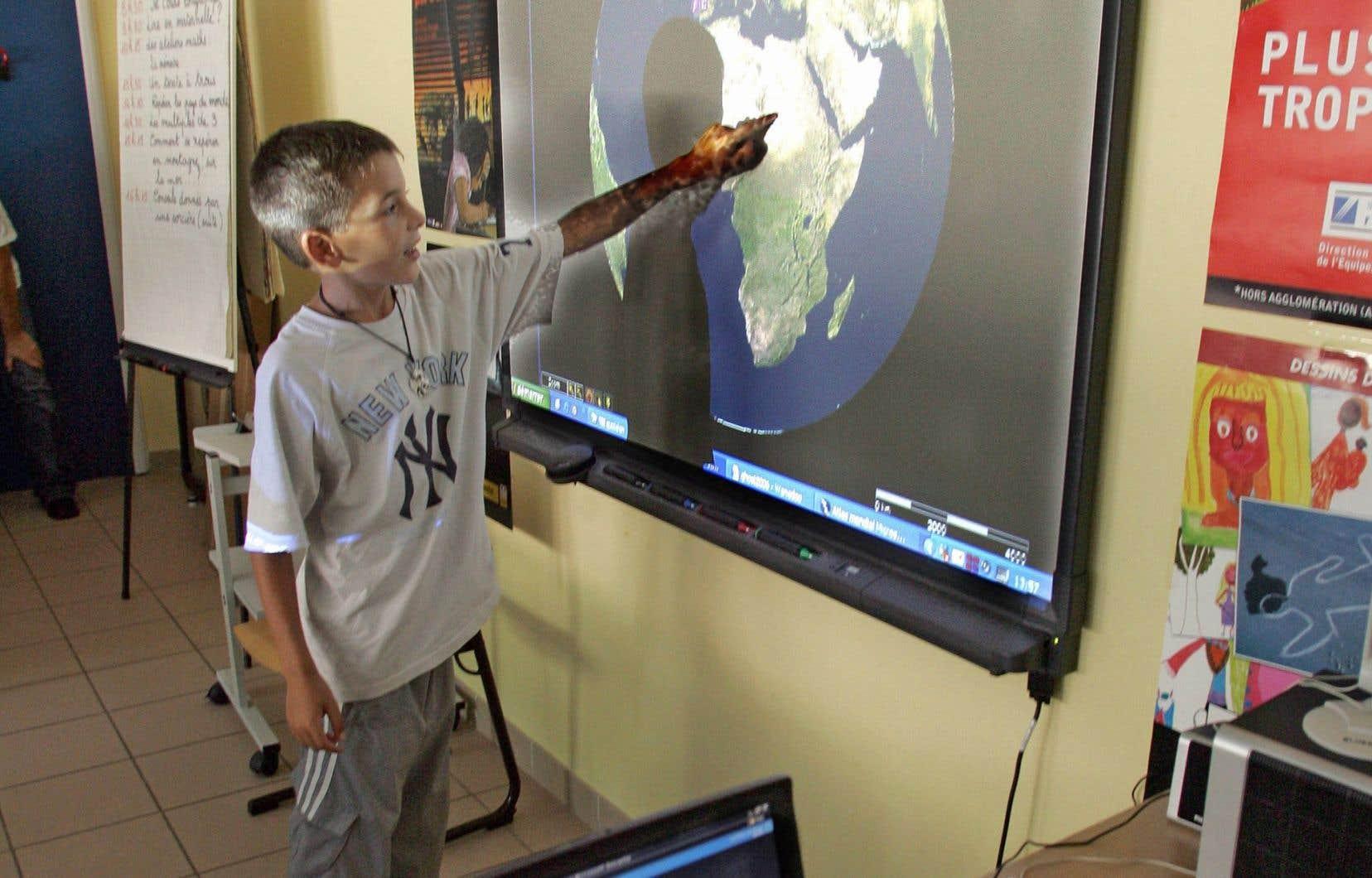Environ 60 % des écoles du Québec sont dotées de tableaux numériques interactifs et le gouvernement libéral souhaite qu'il soit implanté partout d'ici quelques années.