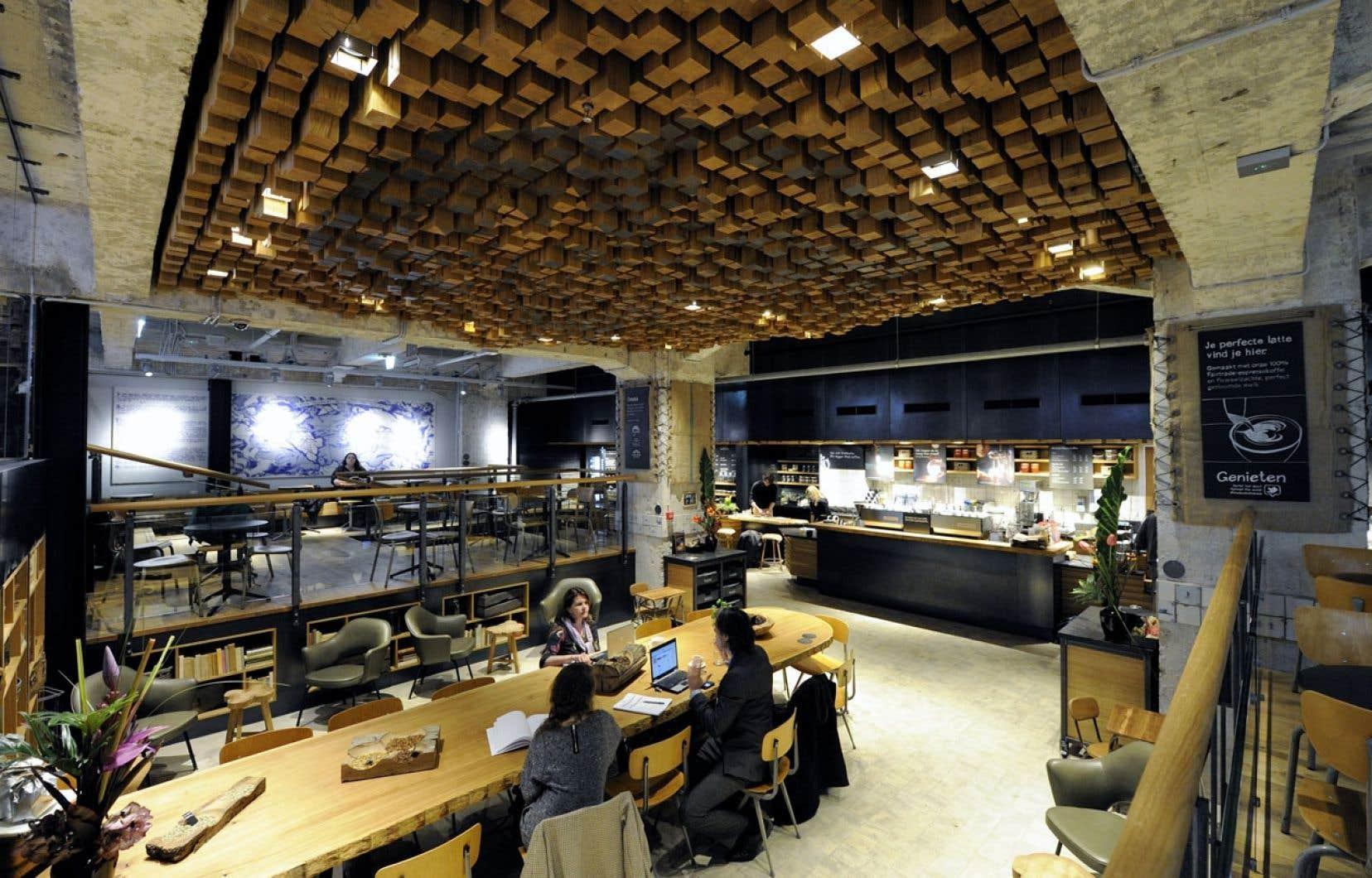 Un restaurant de la chaîne Starbucks à Amsterdan
