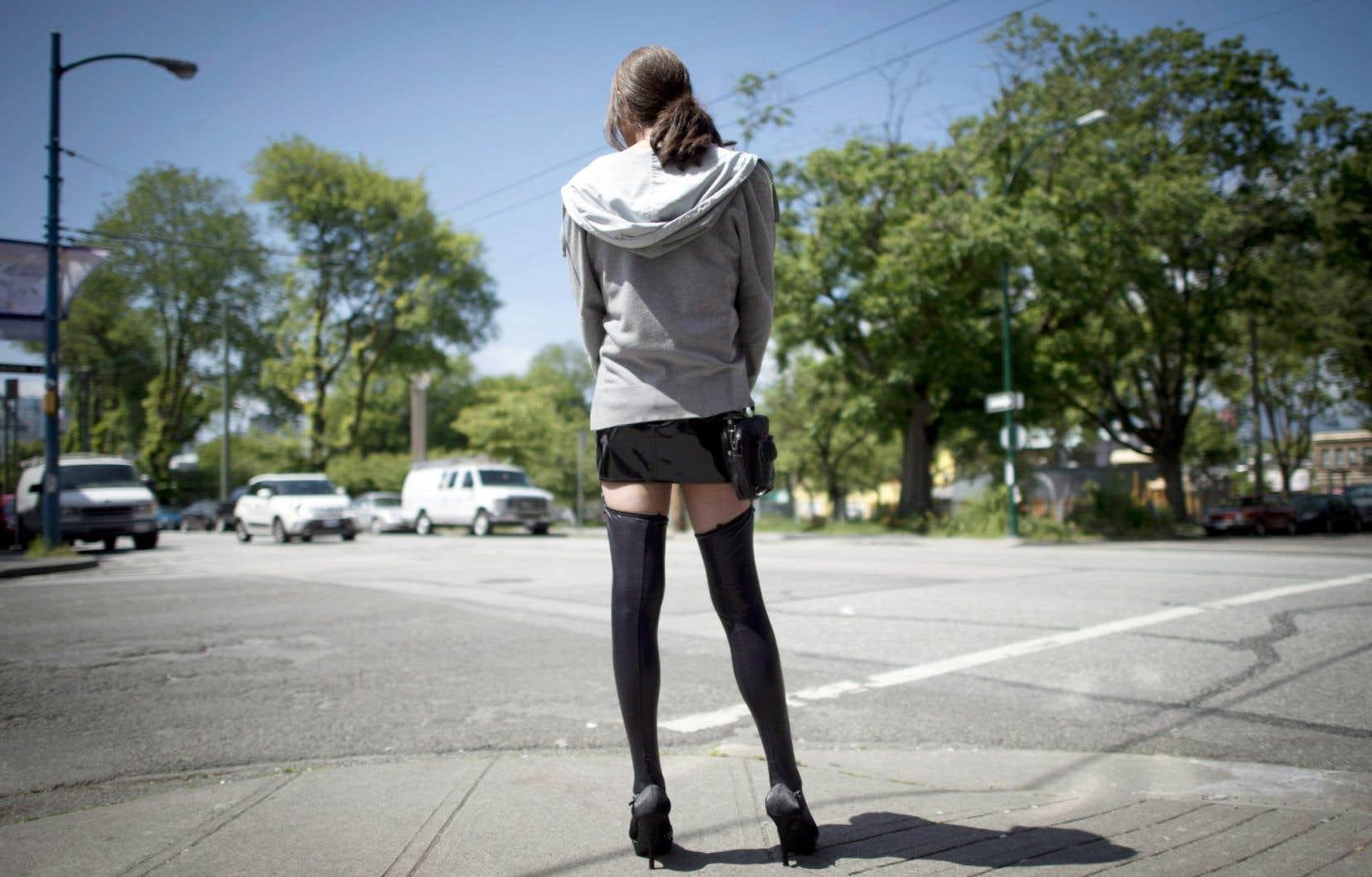Le projet de loi C-36 criminalise les clients, mais il criminalise aussi les prostituées dans certaines circonstances.