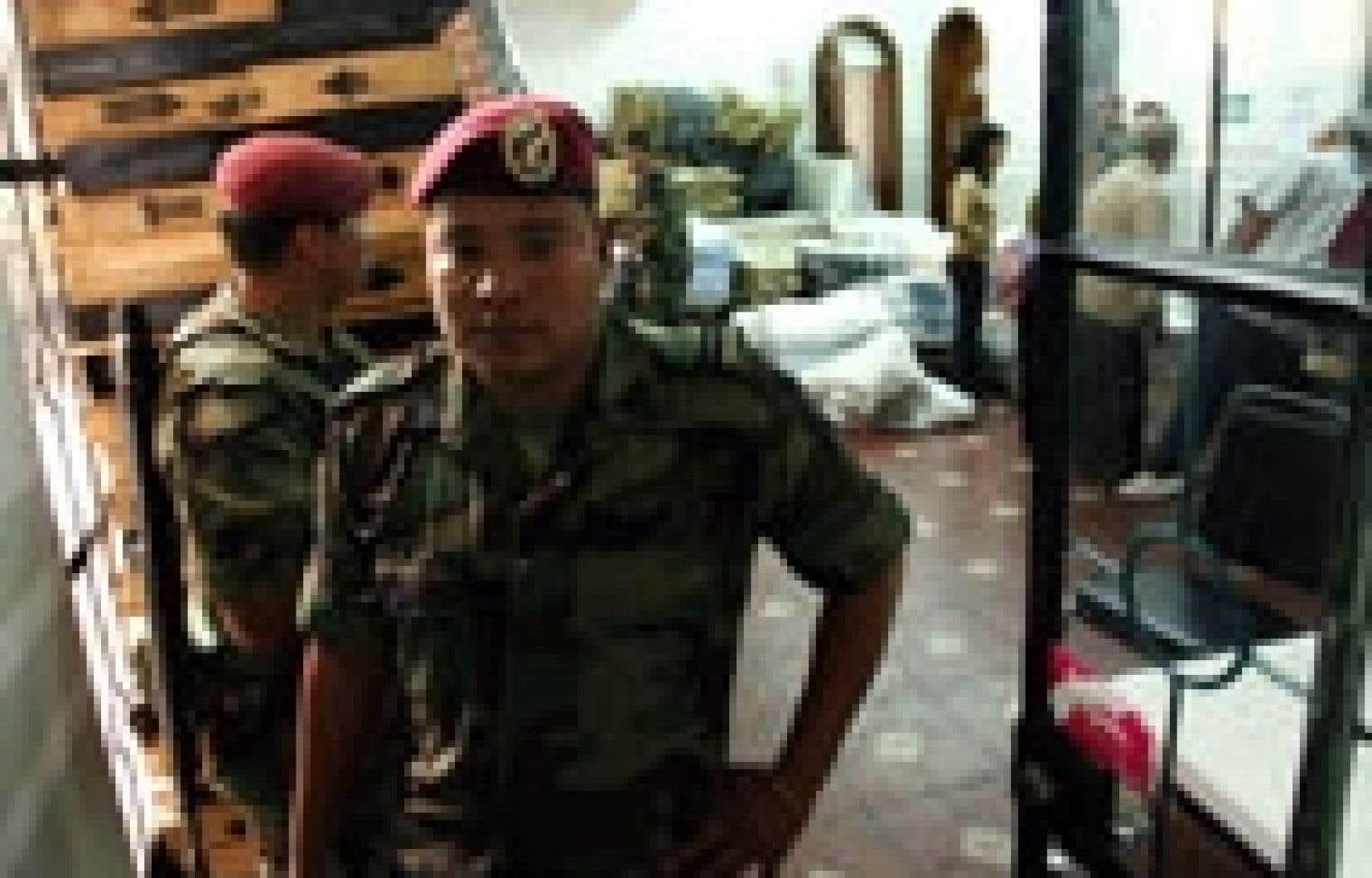 Des soldats surveillaient hier les locaux de l'Institut fédéral des élections.