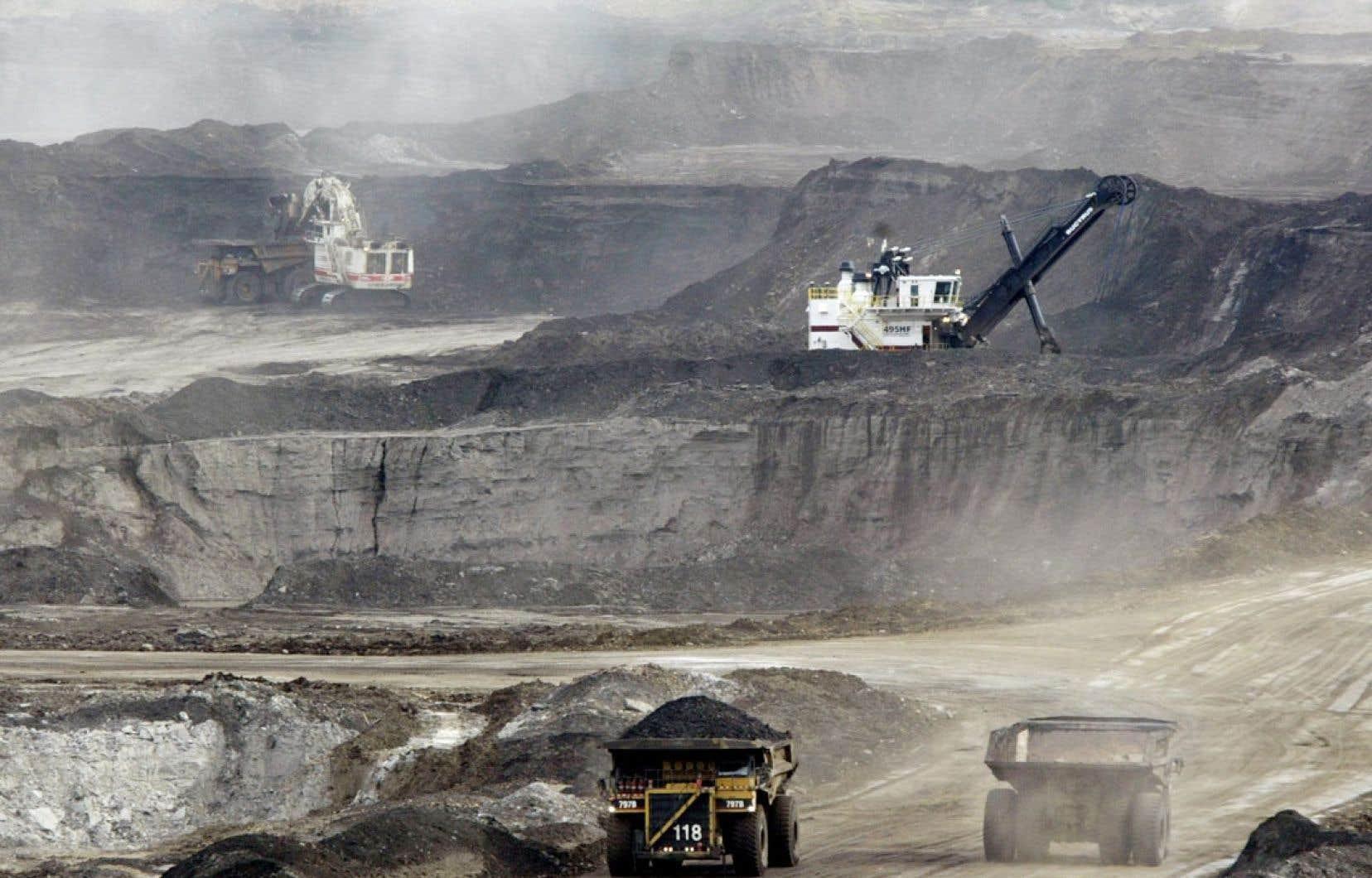D'immenses camions chargés de sables bitumineux font des allers-retours au complexe de Fort McMurray, en Alberta, où Nancy Huston a séjourné.