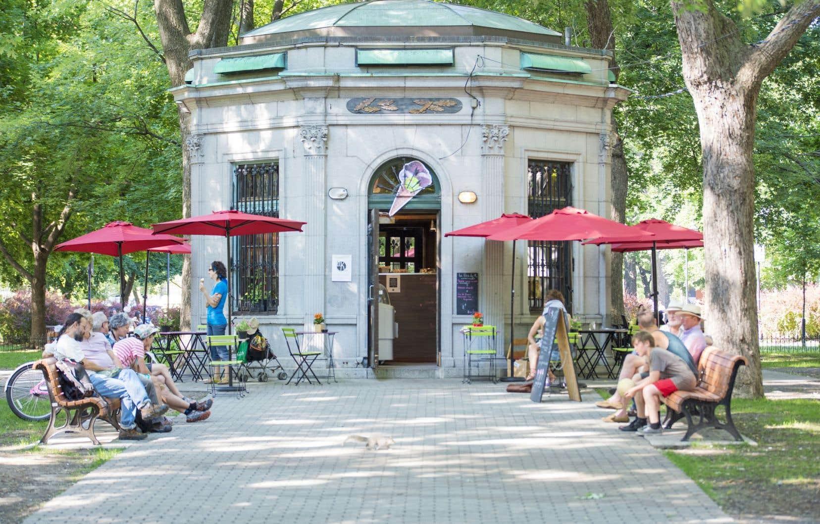 Montréal a déjà compté plusieurs toilettes publiques, aujourd'hui converties en fleuriste ou encore en petit bistro, comme cette vespasienne du carré Saint-Louis.