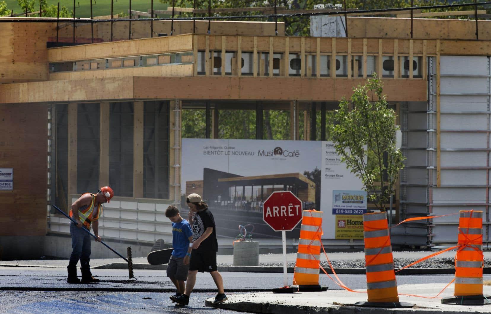 Le projet de Centre magnétique souhaite instaurer une synergie entre les entrepreneurs en créant notamment un espace de travail participatif ouvert au public. Le centre-ville de Lac-Mégantic a été détruit par l'explosion d'un train en juin 2013.