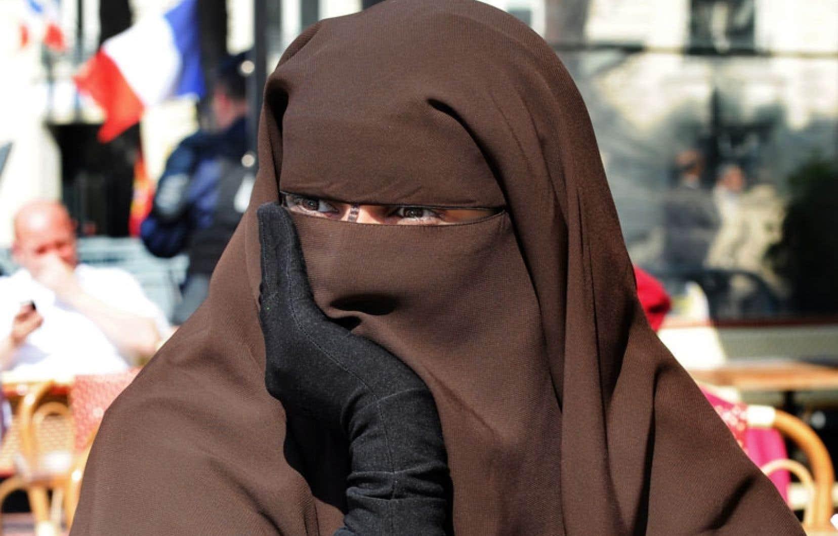 Le gouvernement français avait plaidé que l'interdiction du voile intégral n'était pas antireligieuse: elle ne vise pas le niqab ou la burqa en particulier mais toute dissimulation du visage, y compris à l'aide d'une cagoule ou d'un casque de moto.