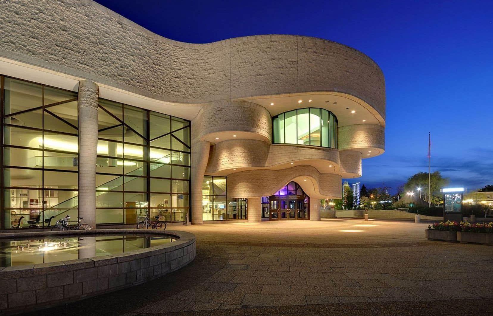 Le musée a alloué 503 076 $ à divers contrats, dont l'un d'entre eux à une compagnie de design pour se doter d'une nouvelle identité visuelle.