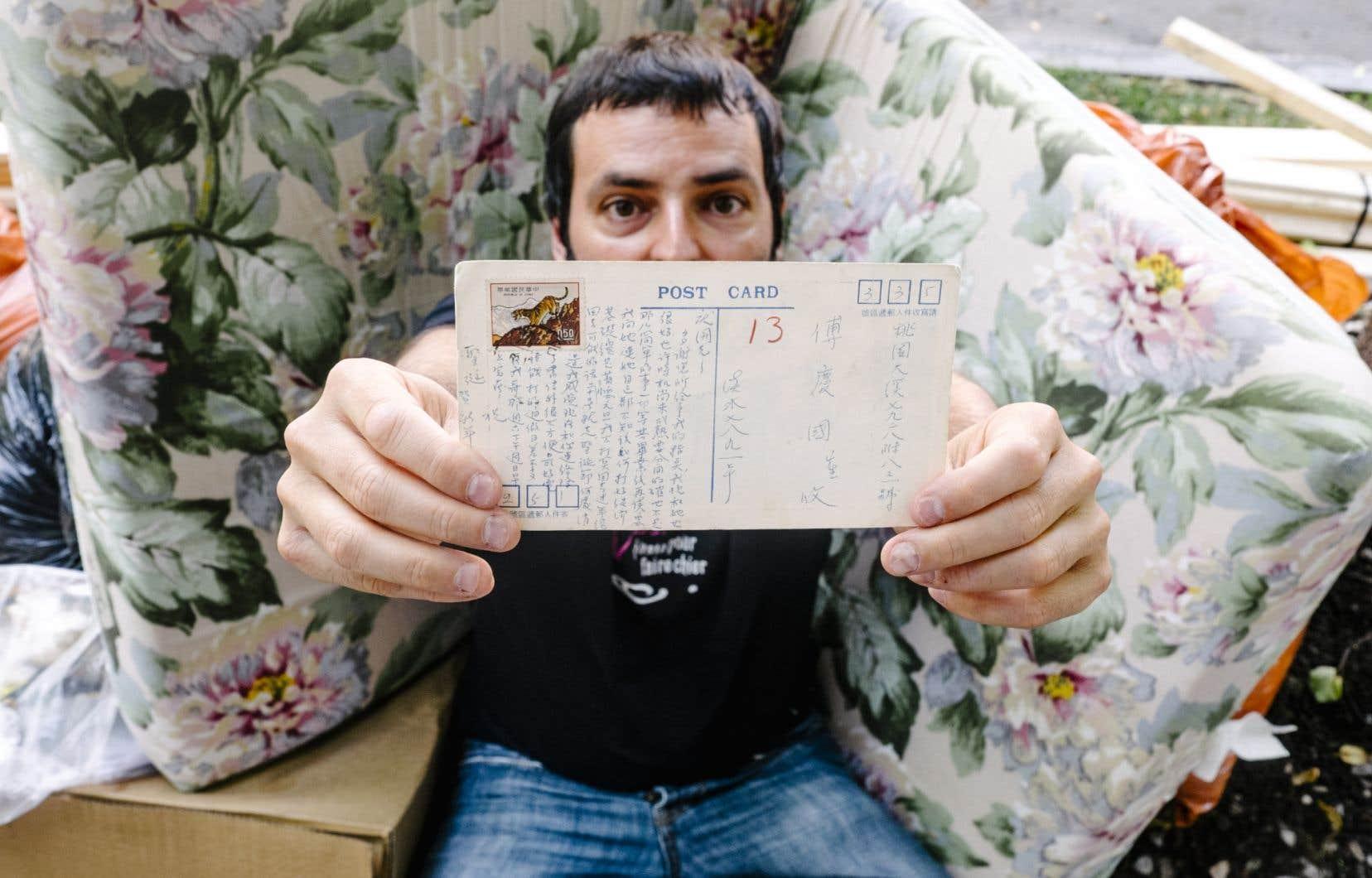 L'auteur François derrière la carte postale qui l'a inspiré.