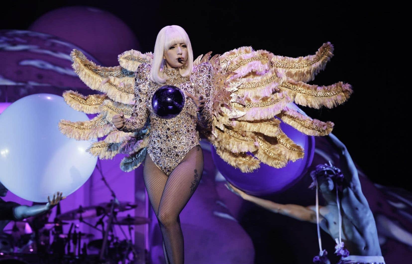 Chose certaine, Gaga, elle, était prête. Elle a d'ailleurs mis toute la gomme avec un concert débordant de paillettes, de kitsch et disons-le, d'une énergie franchement contagieuse.