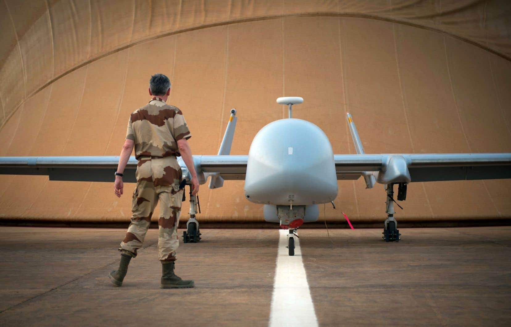 Les drones canadiens servent pour le moment à des opérations de surveillance seulement. Ci-dessus, un soldat français observe un drone déployé au Mali.